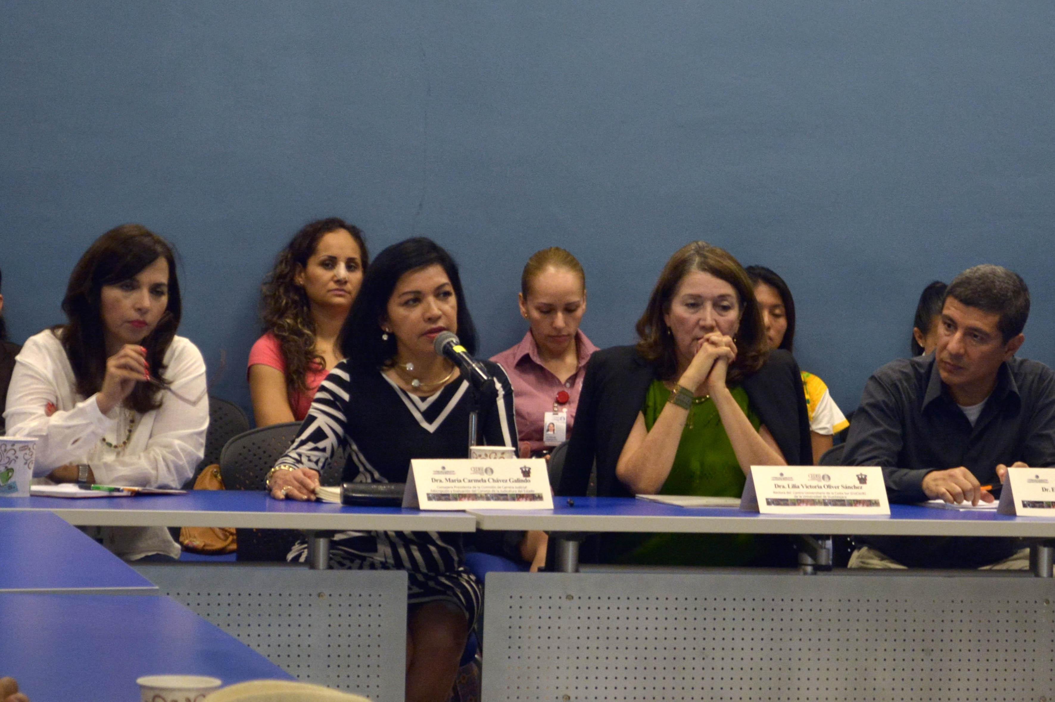 Doctora María Carmela Chávez Galindo, consejera presidenta de la comisión de carrera judicial del CJEJ, frente al micrófono