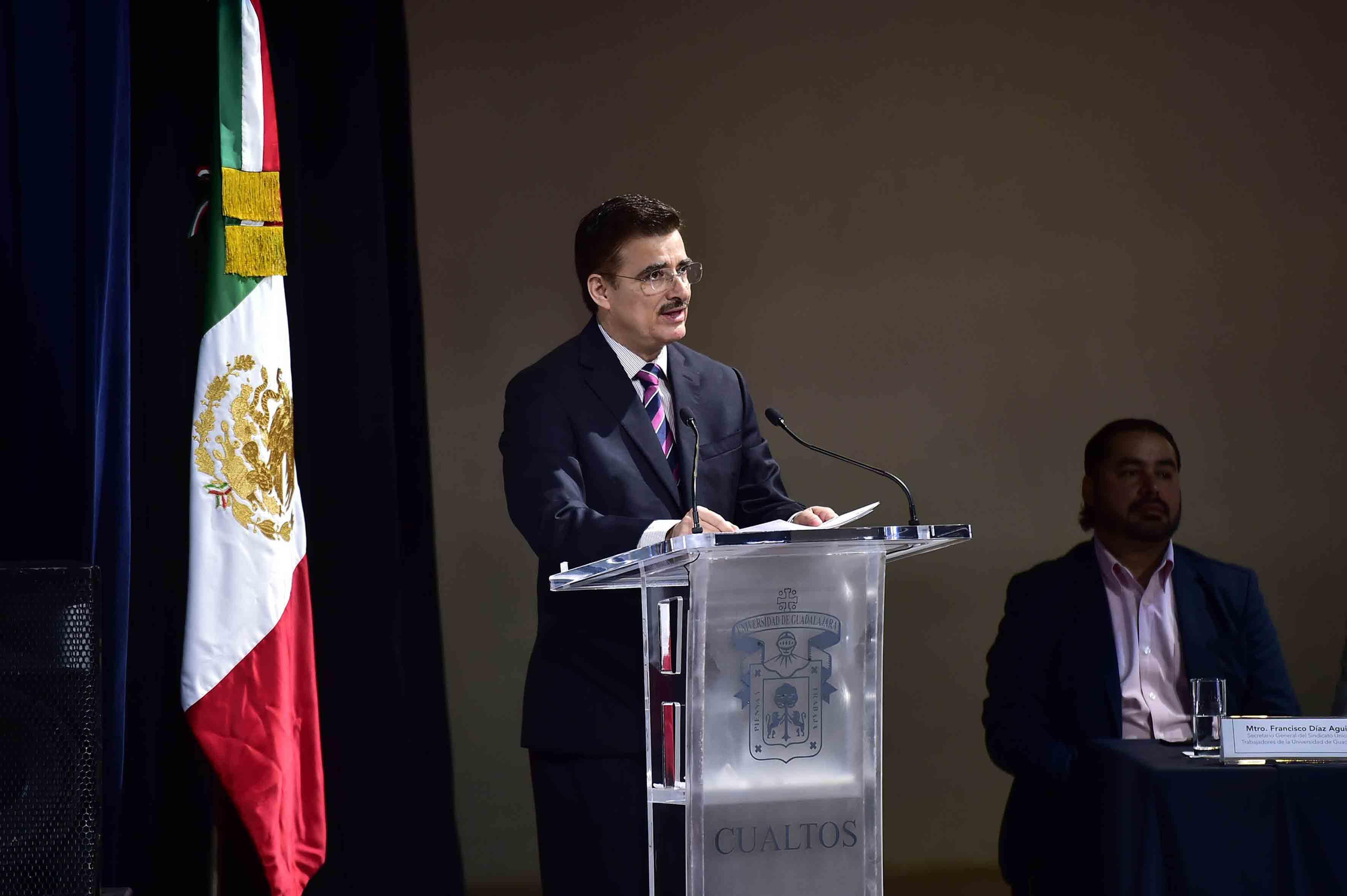En el podio El Rector General de la Universidad de Guadalajara maestro Itzcóatl Tonatiuh Bravo Padilla