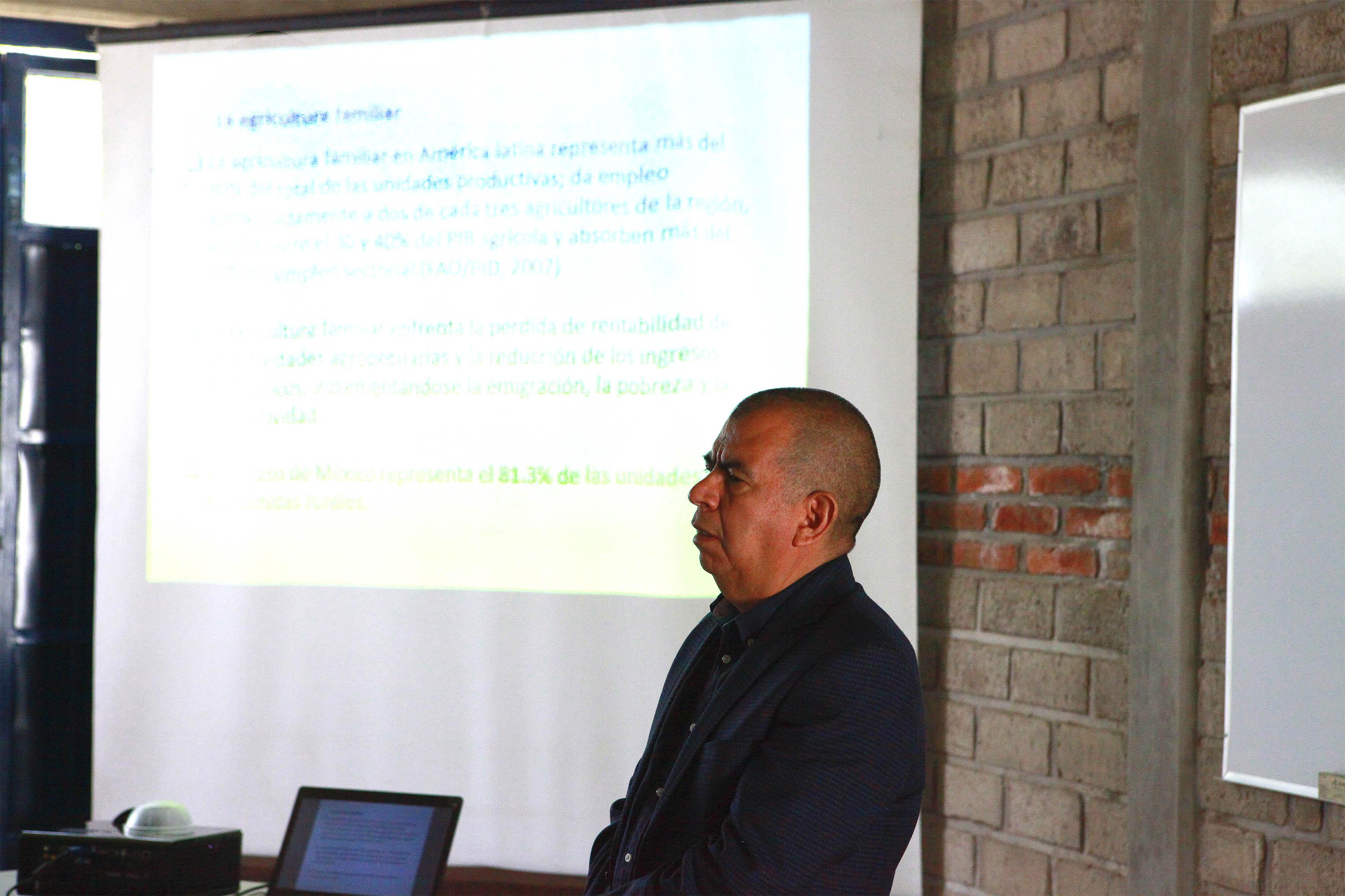 Profesor impartiendo clase durante el curso