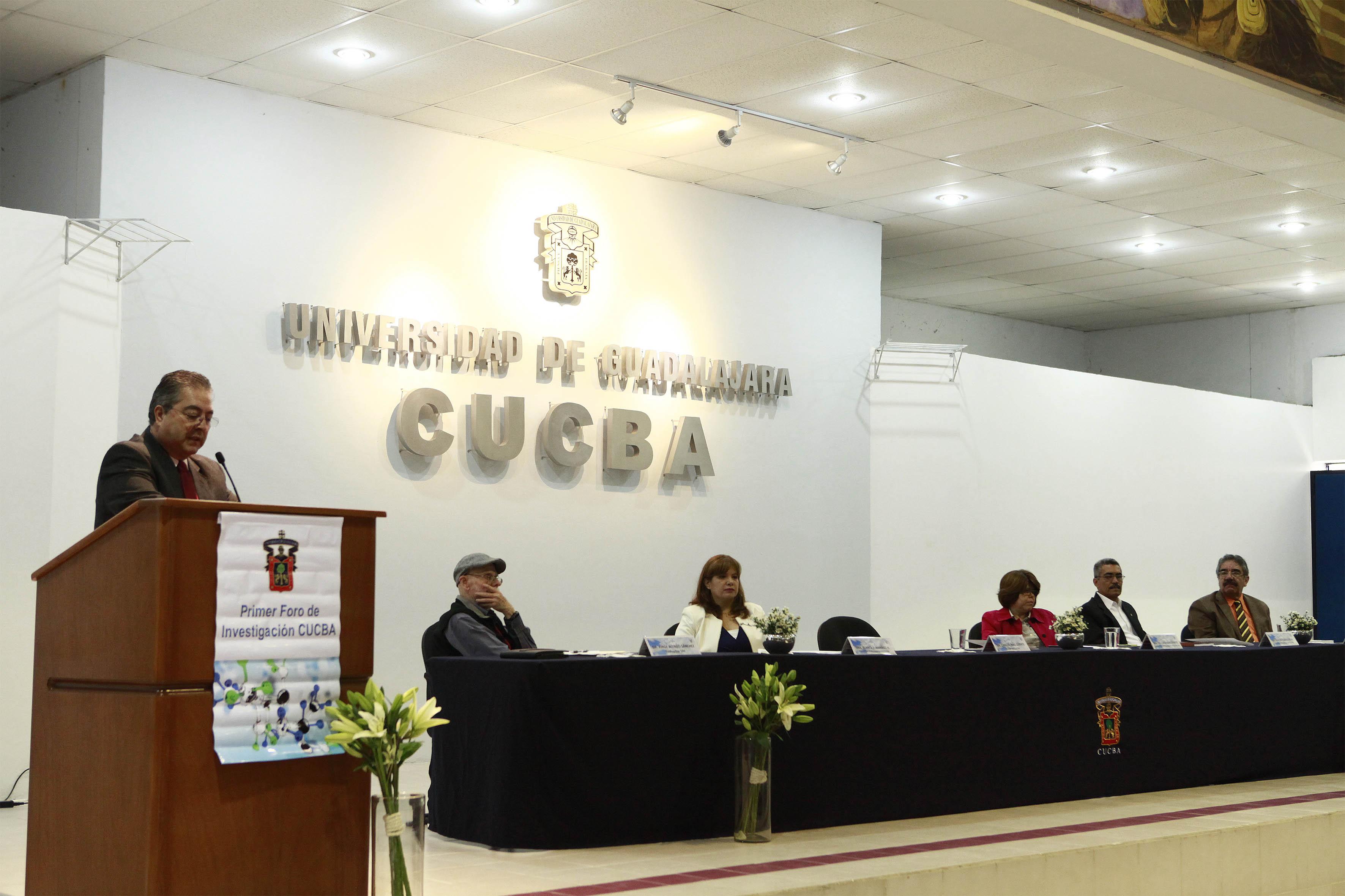Rector del centro, doctor Carlos Beas Zárate haciendo uso de la palabra