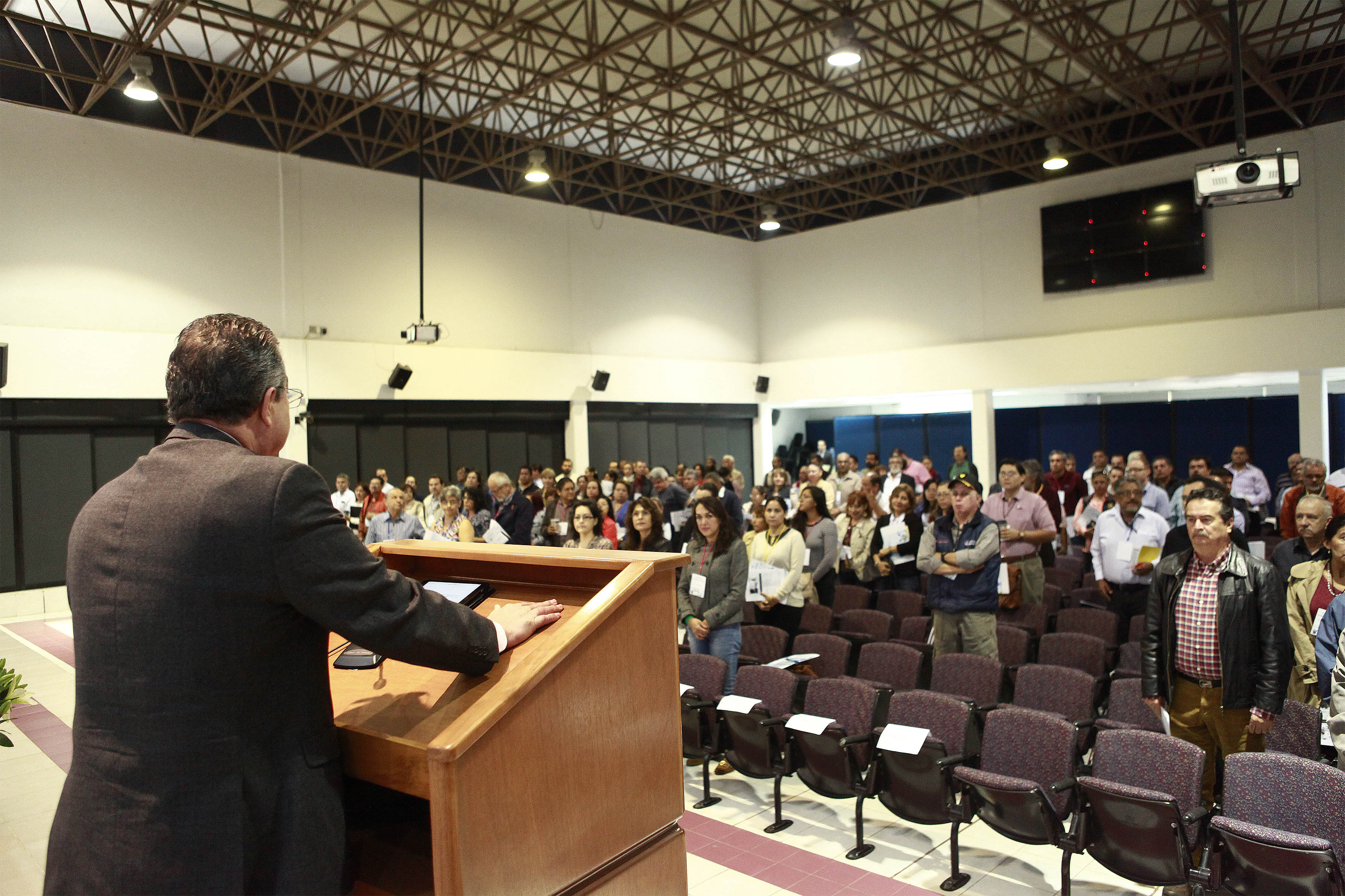 Rector del centro, doctor Carlos Beas Zárate  y publico asistente en el  acto inaugural del primer foro de investigación CUCBA
