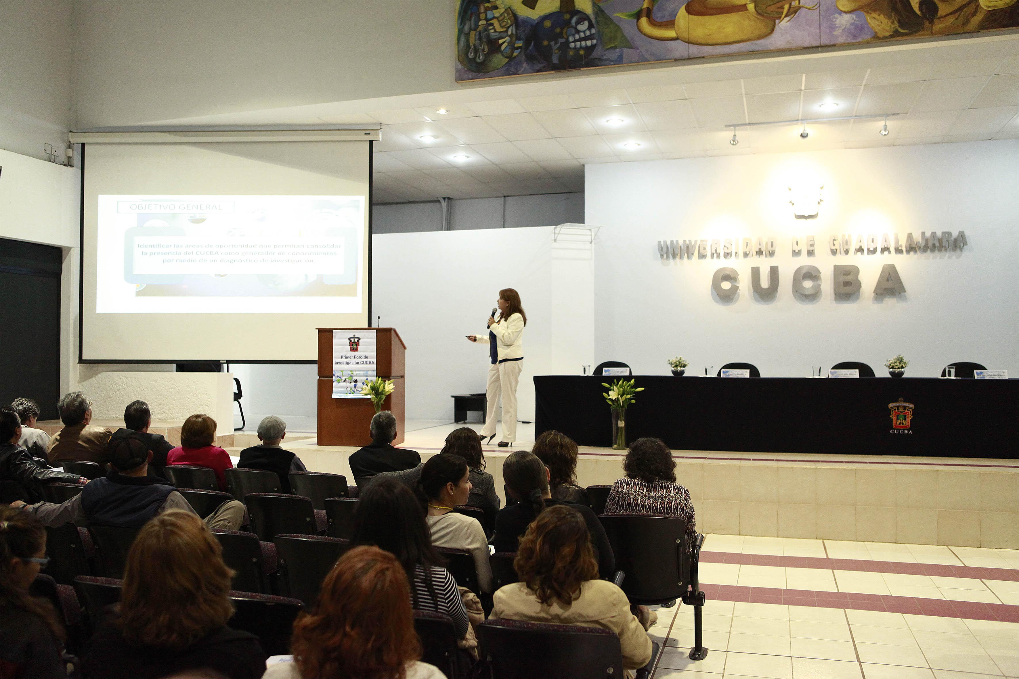Coordinadora de Investigación del centro, doctora Blanca Ramírez Hernández. haciendo uso de la palabra