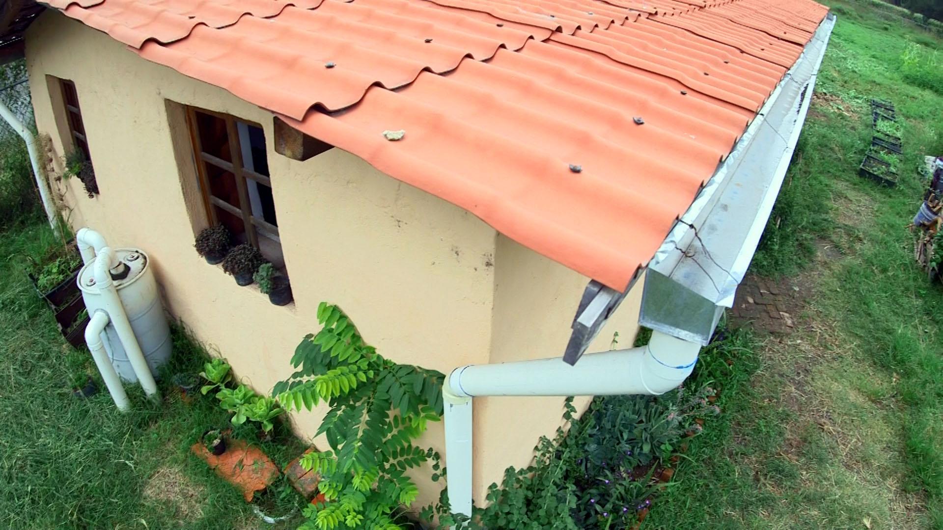 """Sistema de captación de agua de lluvia, construido en la """"Casa de Paja"""" del CUCBA"""