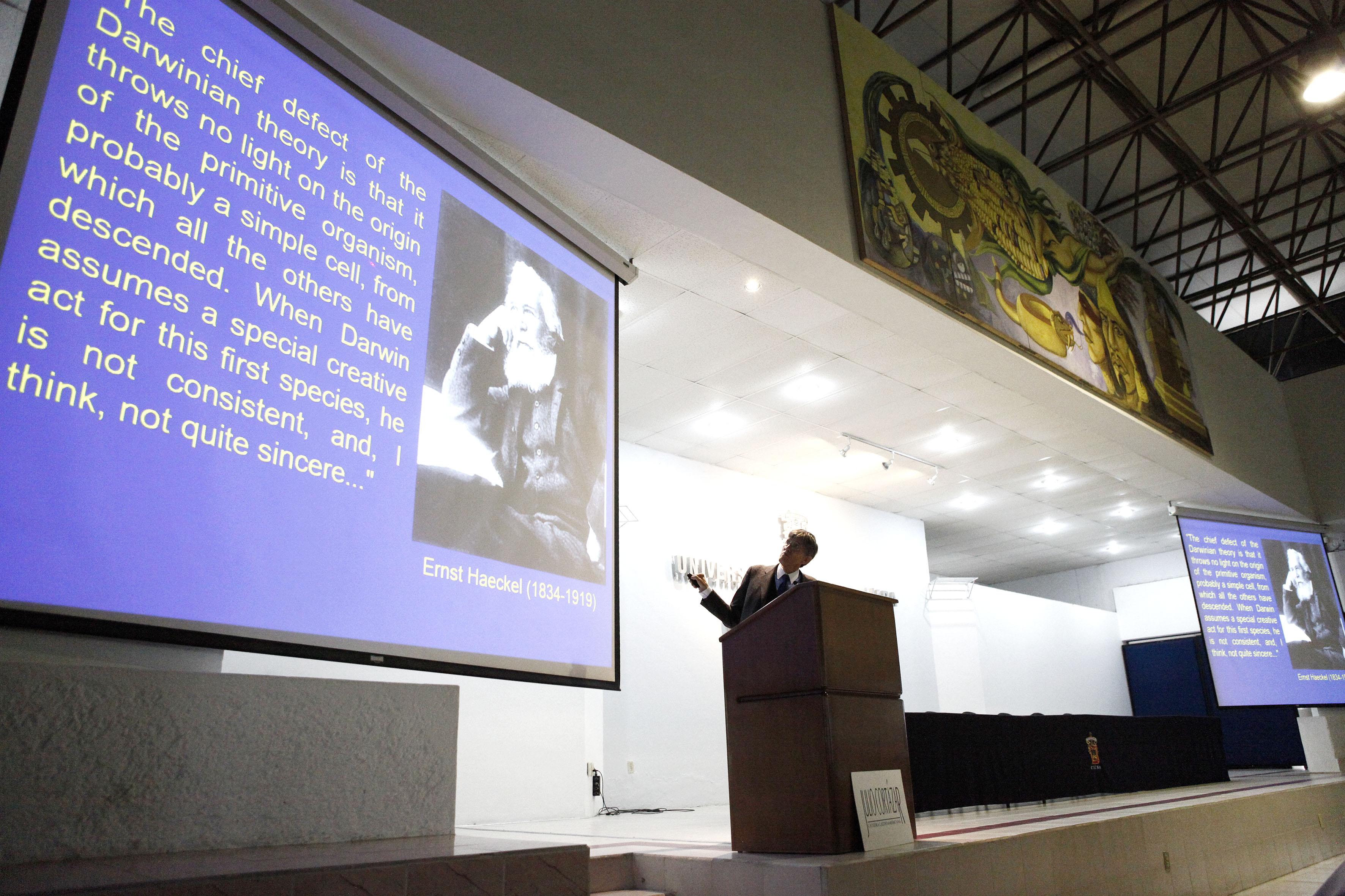 """Antonio Lazcano Araujo, biólogo y científico mexicano impartiendo su seminario del """"mundo del RNA""""."""