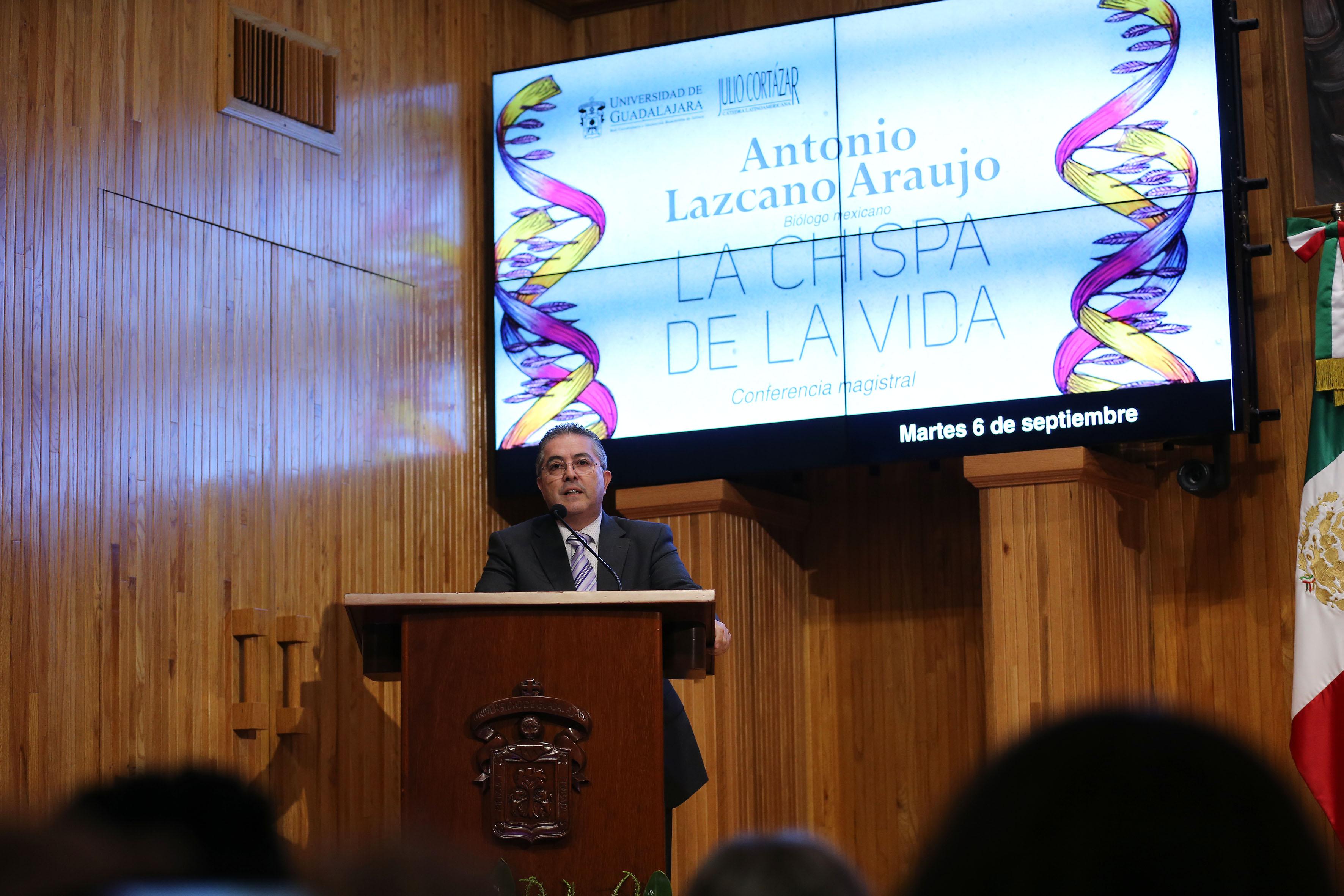 Miembro del presídium, participando en la conferencia magistral, impartida en el paraninfo Enrique Díaz de León