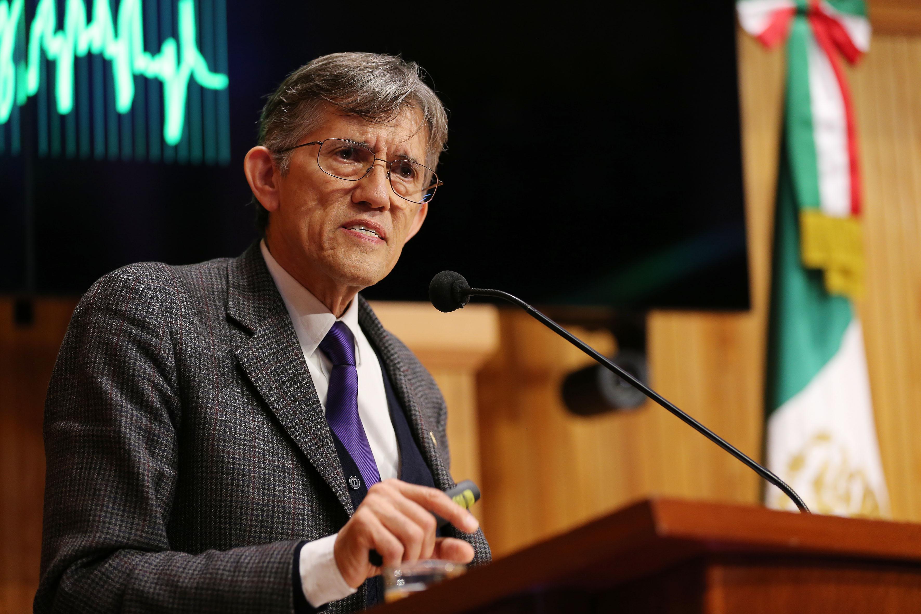 Doctor Antonio Lazcano Araujo, biólogo mexicano, participando en conferencia