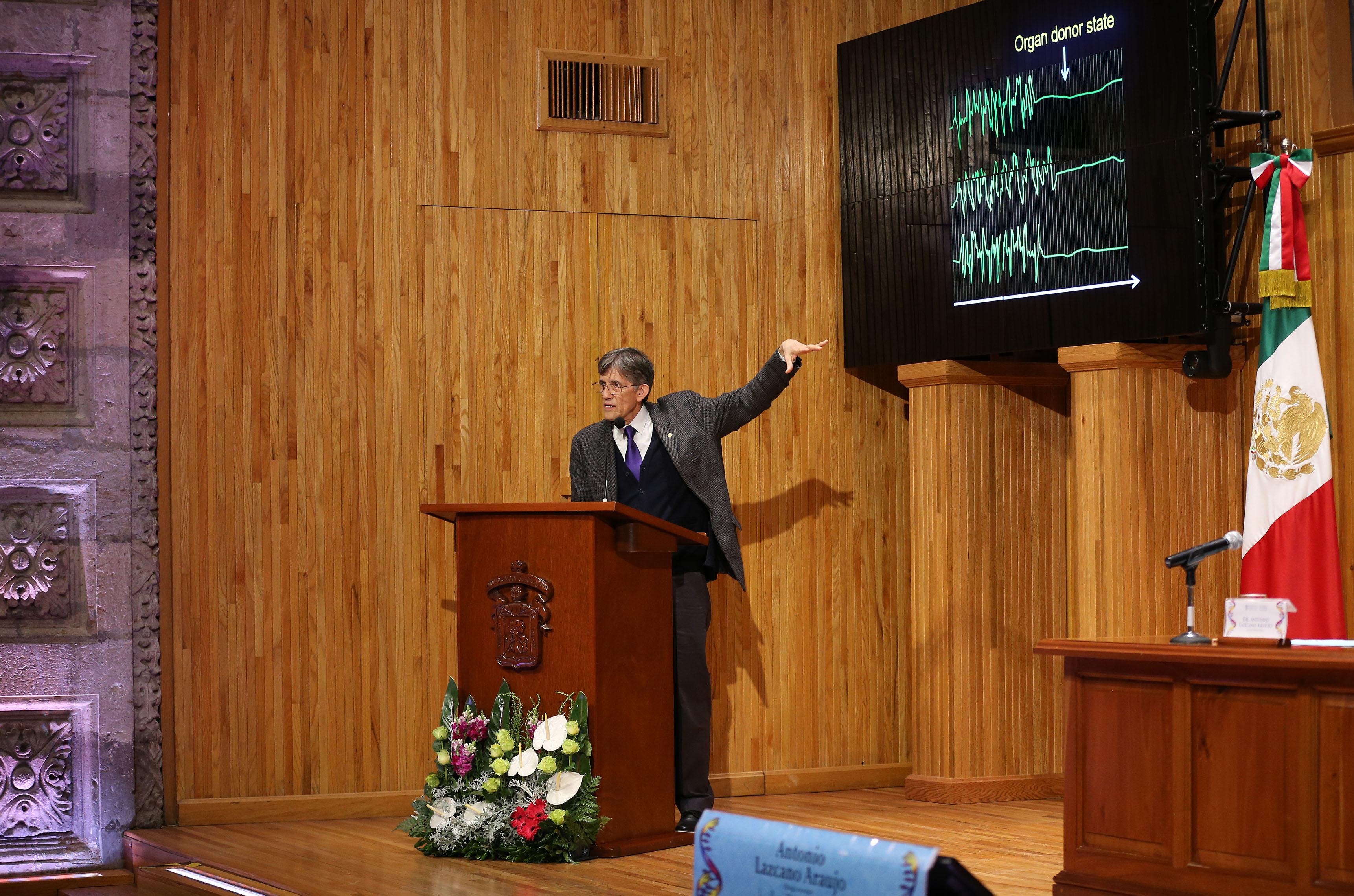 """Conferencia magistral """"La chispa de la vida"""", impartida en el paraninfo Enrique Díaz de León"""