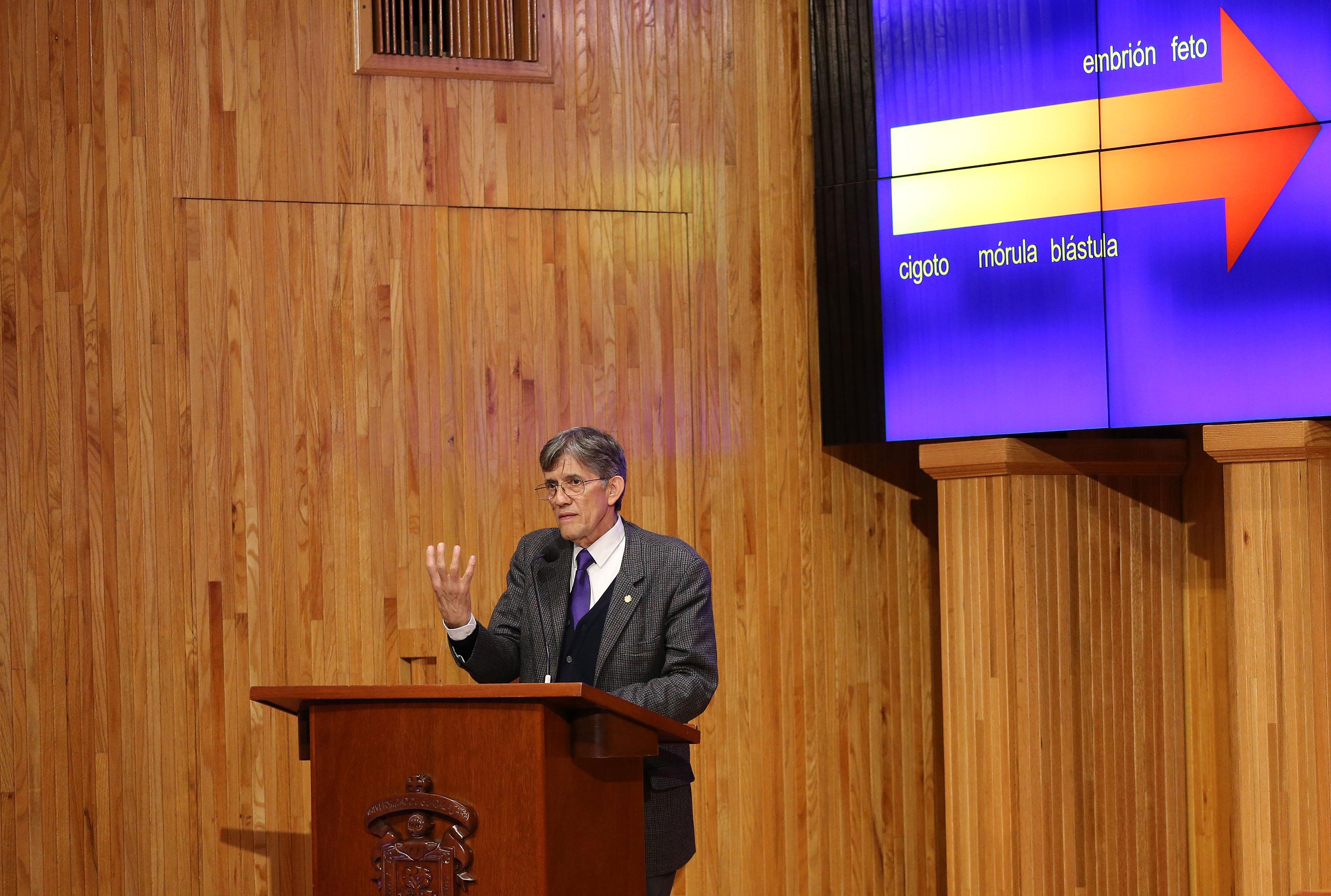 Doctor Antonio Lazcano Araujo, biólogo mexicano, frente al micrófono