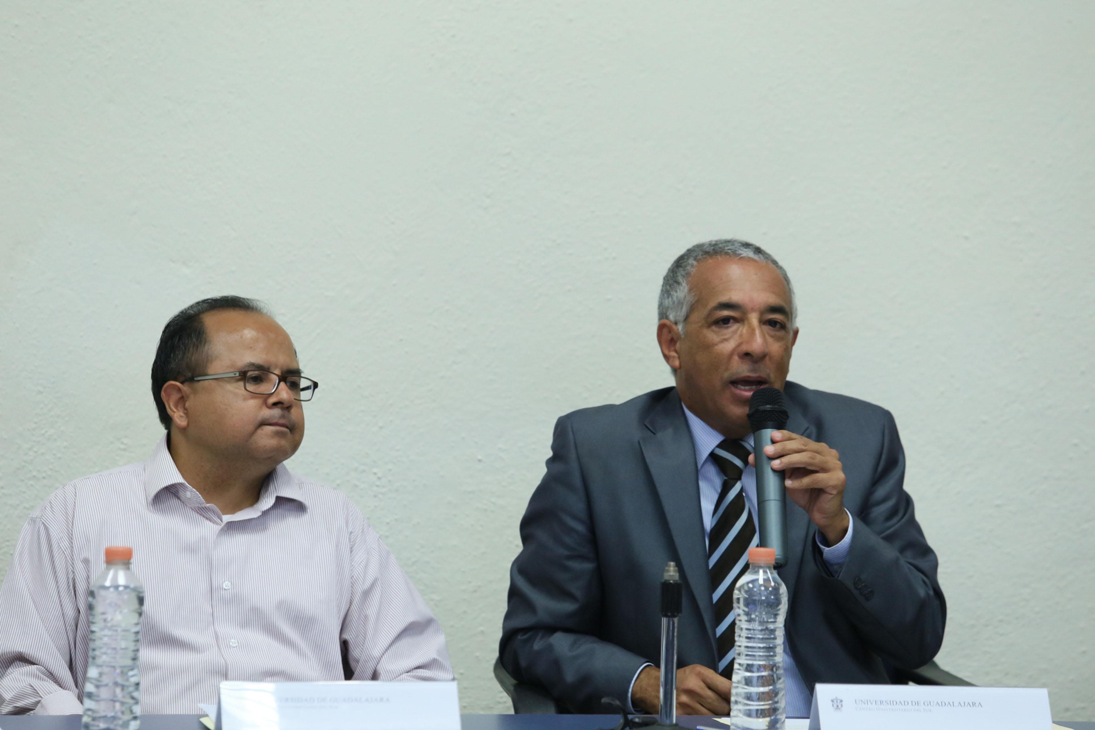 Rector del CUSur, Doctor Ricardo Xicoténcatl García Cauzor, frente al micrófono