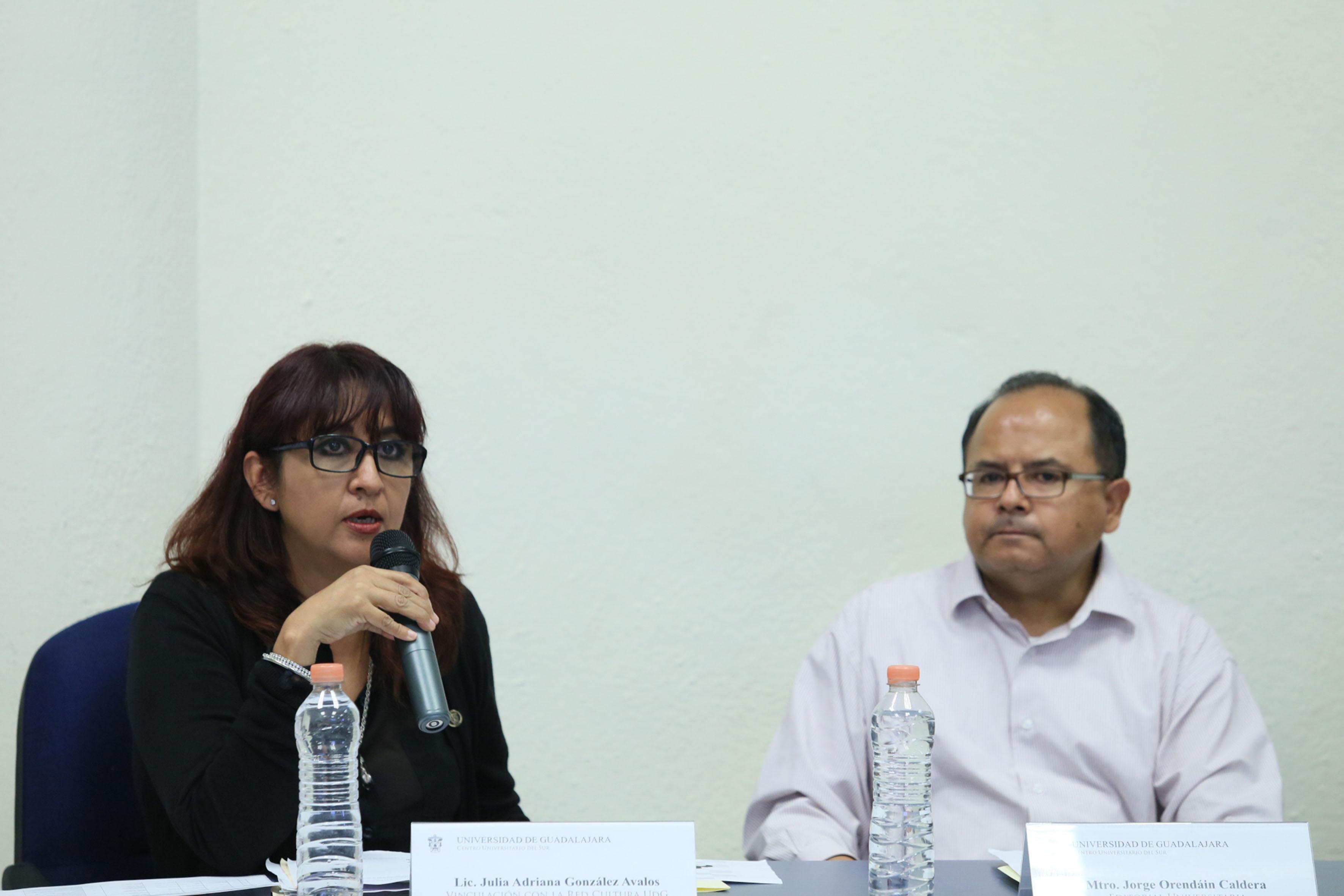 Licenciada Julia Adriana González Ávalos, representante de vinculación con la Red de Cultura UDG, frente al micrófono