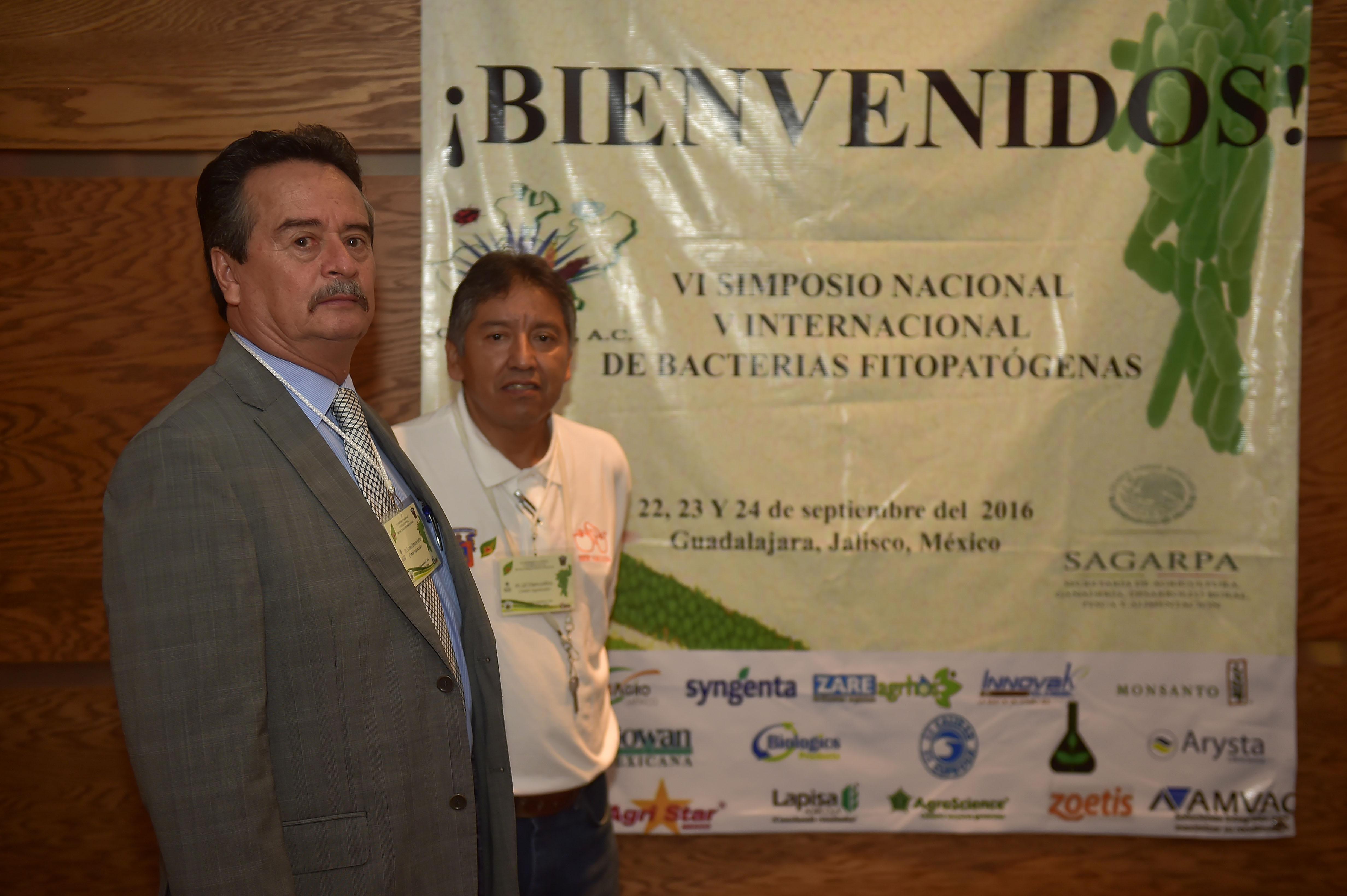 Dr. Enrique Pimienta Barrios y Dr.  Gil Virgen Calleros participando en el VI Simposio Nacional y V Internacional de Bacterias Fitopatógenas, y II de Bacterias Benéficas de las Plantas,