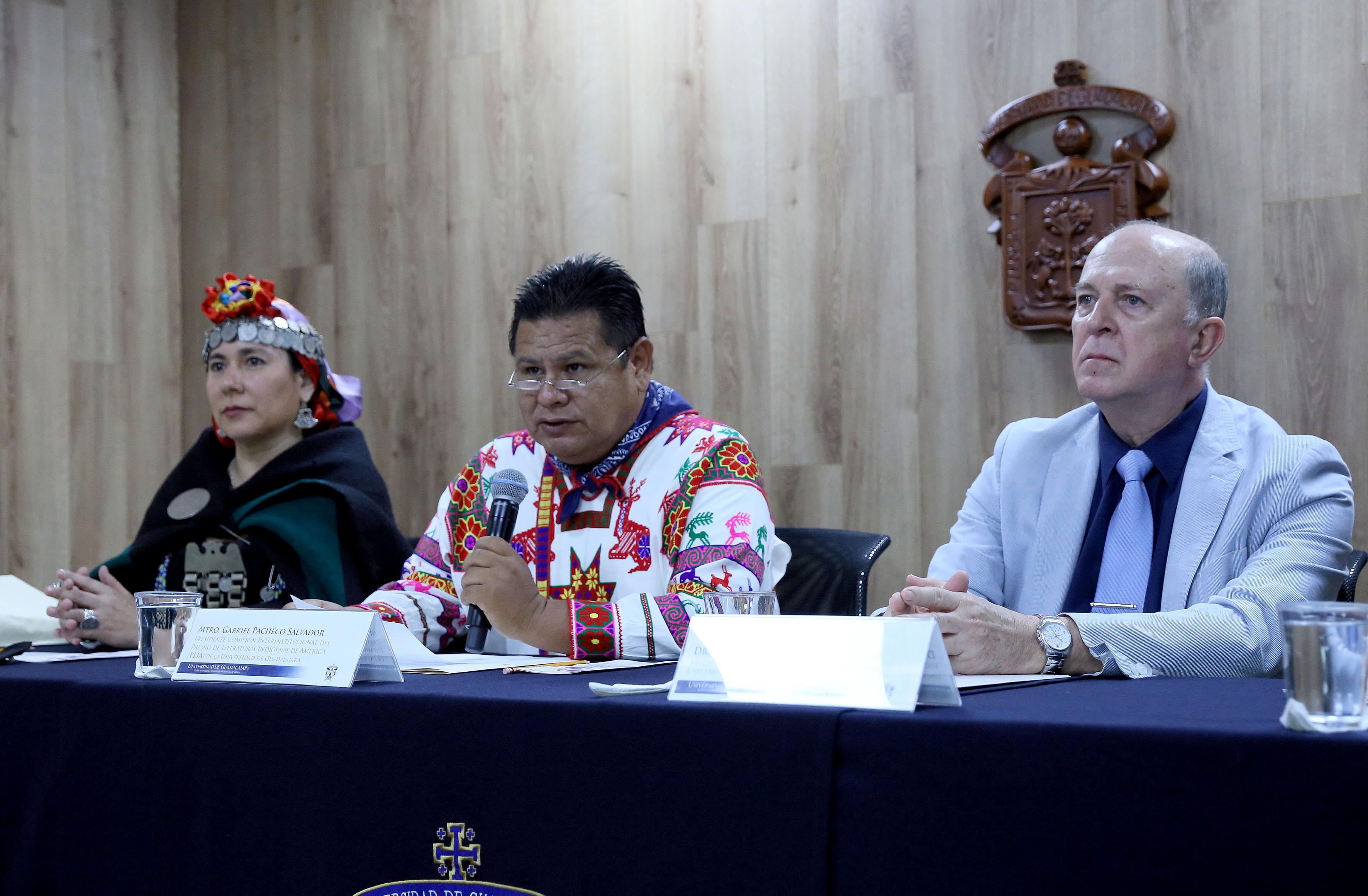 Maestro Gabriel Pacheco Salvador, presidente de la Comisión interinstitucional del PLIA e investigador del CUCSH, frente al micrófono