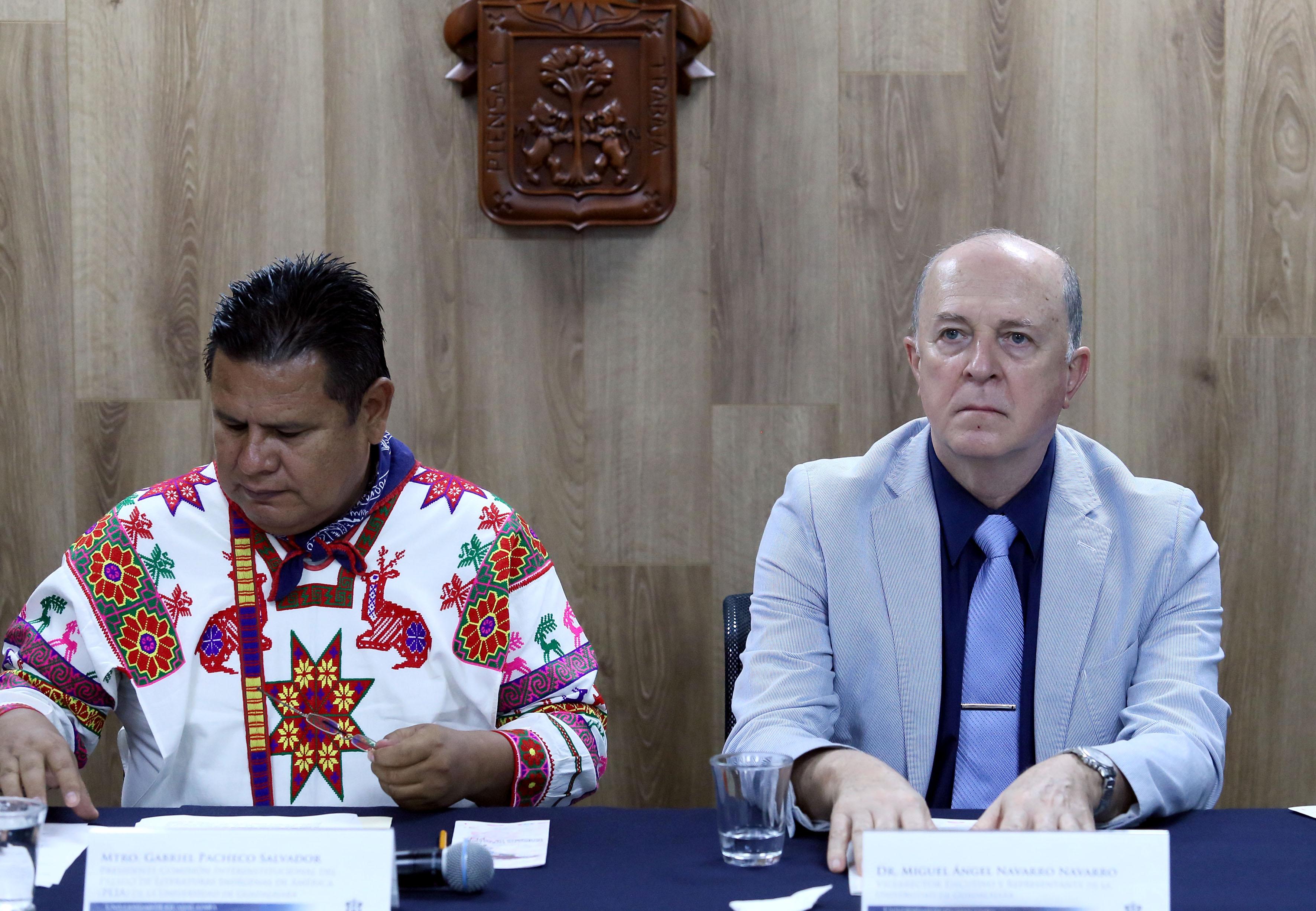 Doctor Miguel Ángel Navarro Navarro y Maestro Gabriel Pacheco Salvador, participando en conferencia de prensa