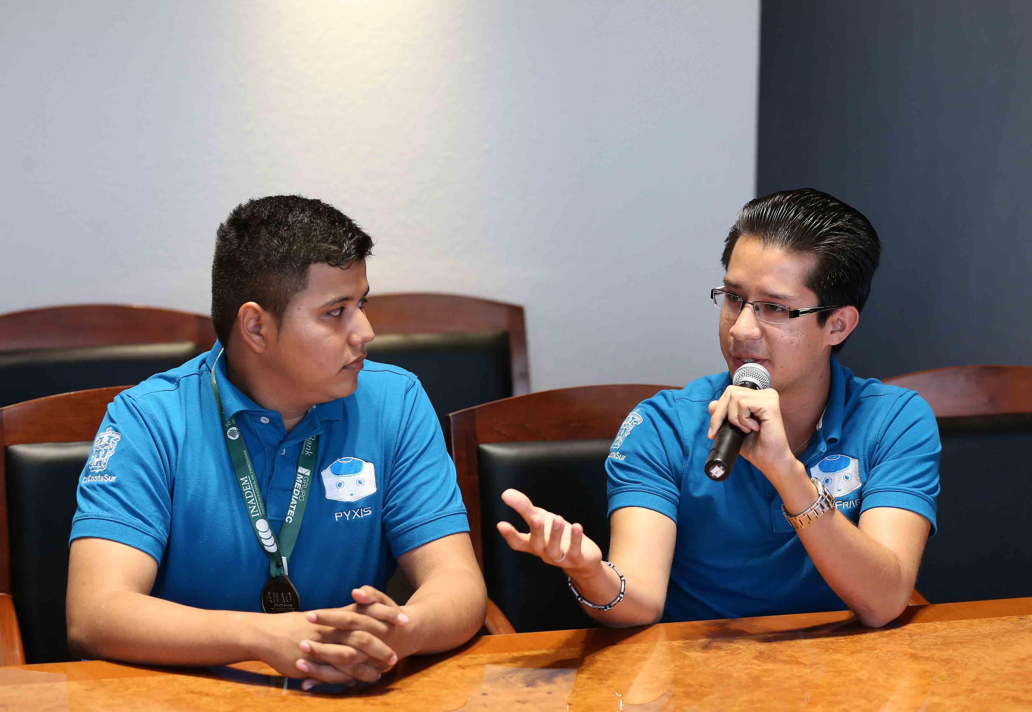Estudiante del CUCSUR, José Luis Huerta, con micrófono en mano haciendo uso de la palabra, durante reunión con el Rector General.