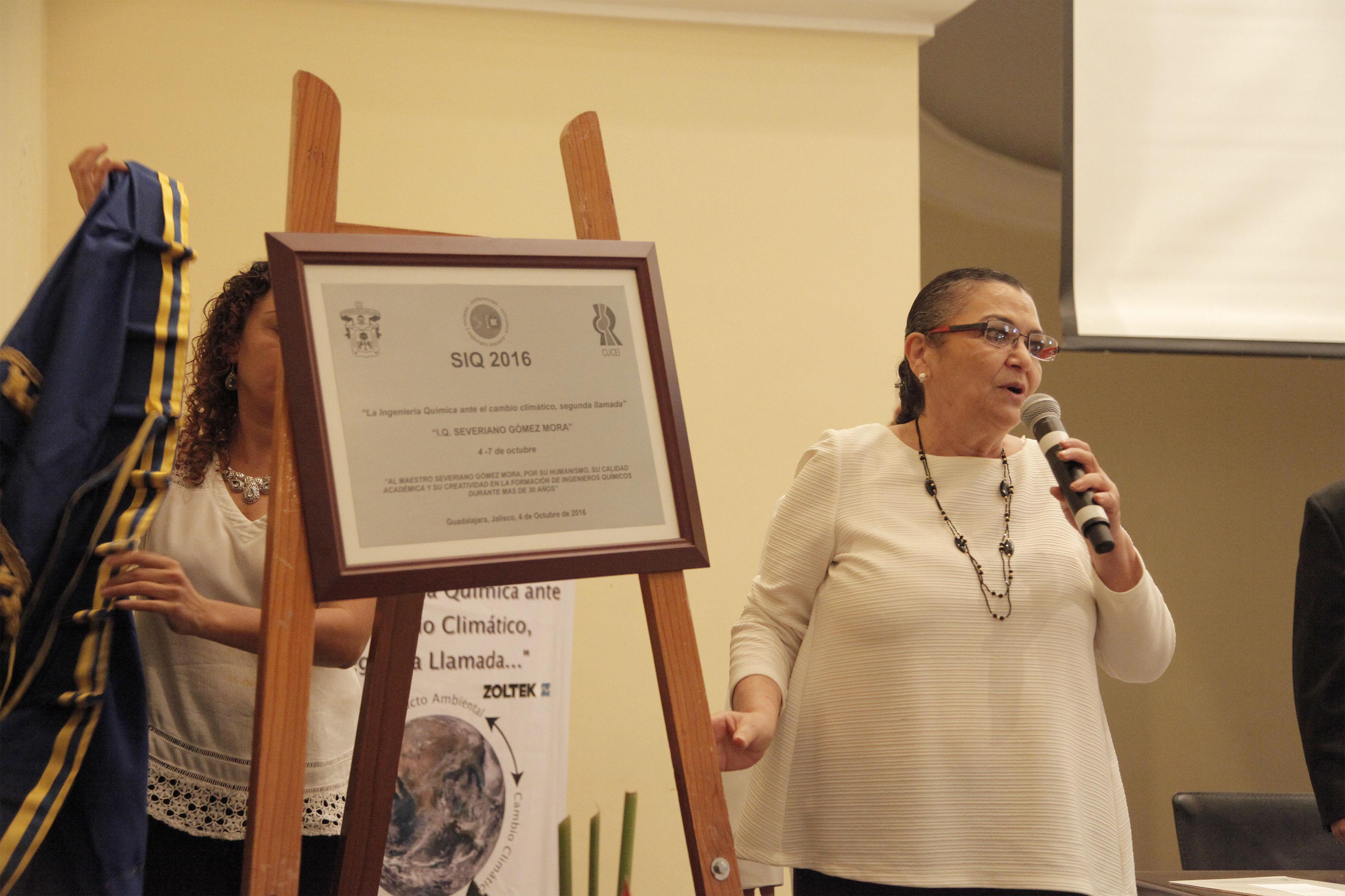 Doctora Ruth Padilla Muñoz, Rectora del CUCEI, con micrófono en mano, haciendo uso de la palabra durante la ceremonia inaugural de las actividades del SIQ 2016.