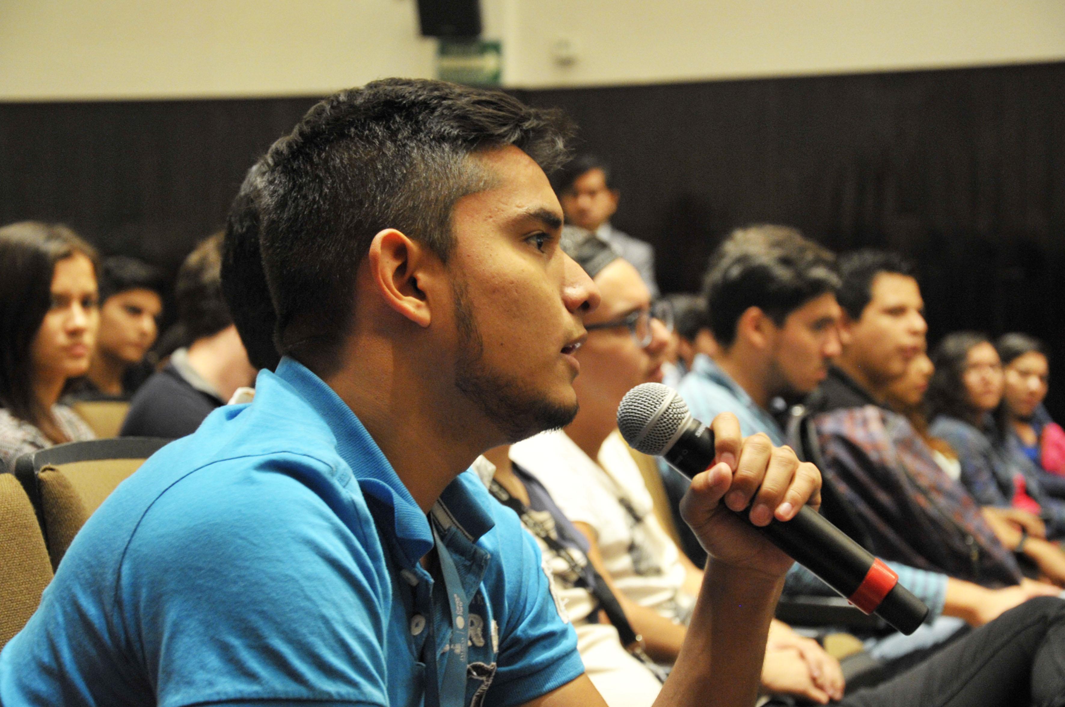 """Alumno participando en la conferencia  """"Educación para sustentabilidad"""""""