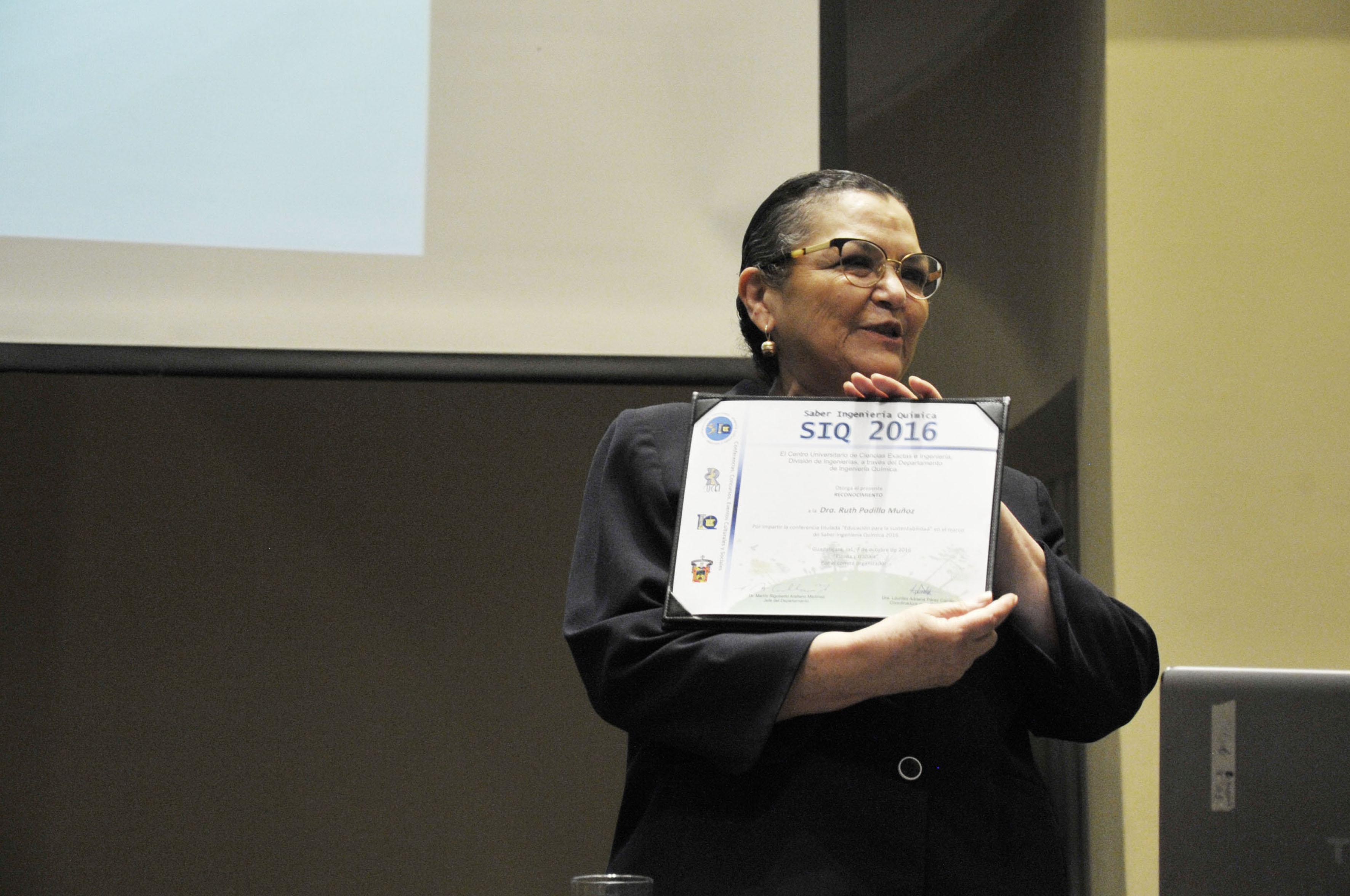 La Rectora del CUCEI durante la conferencia en el SIQ 2016