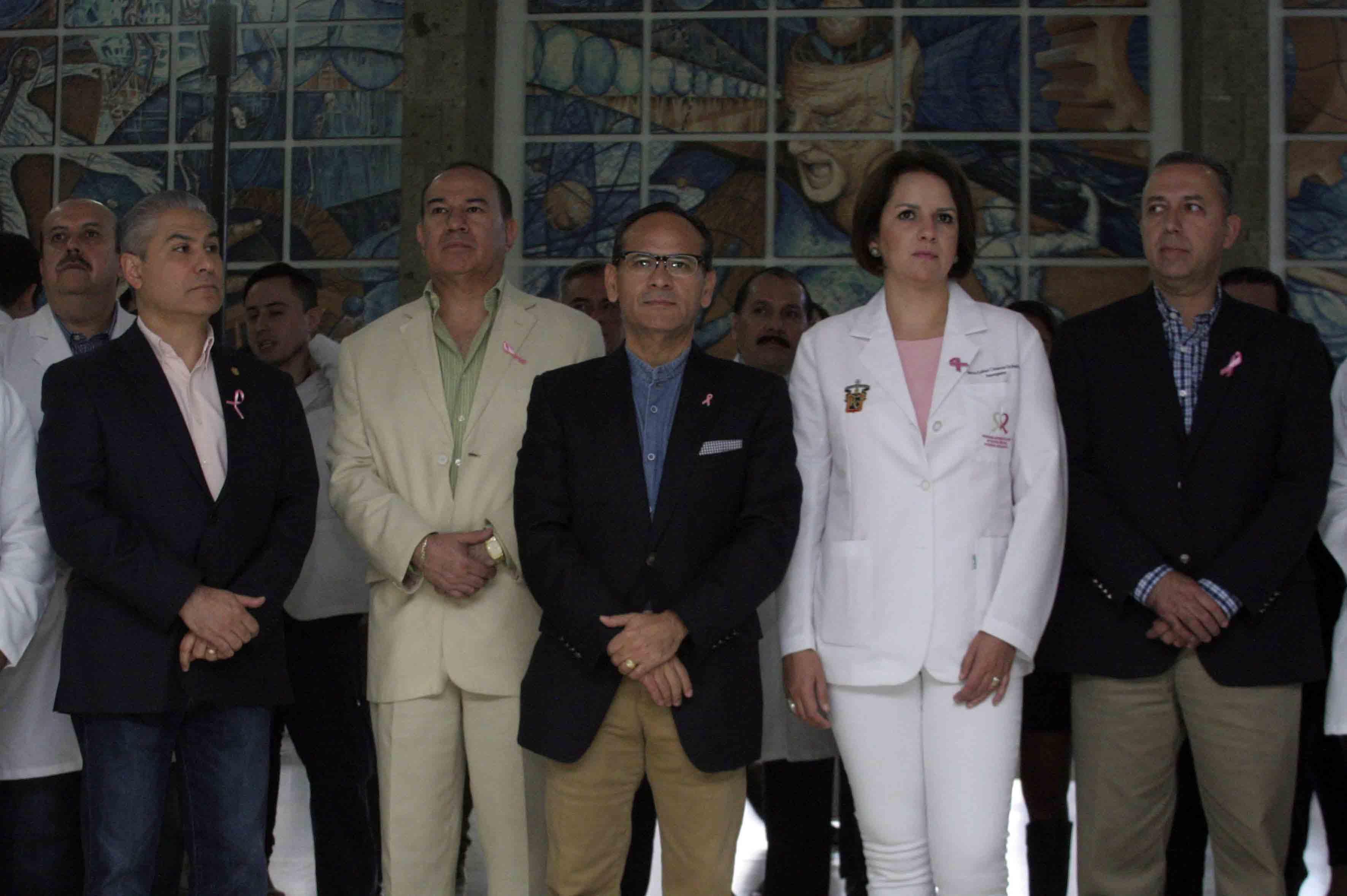 Doctor Héctor Raúl Pérez Gómez, director del Hospital Civil de Guadalajara (HCG), y autoridades del nosocomio.