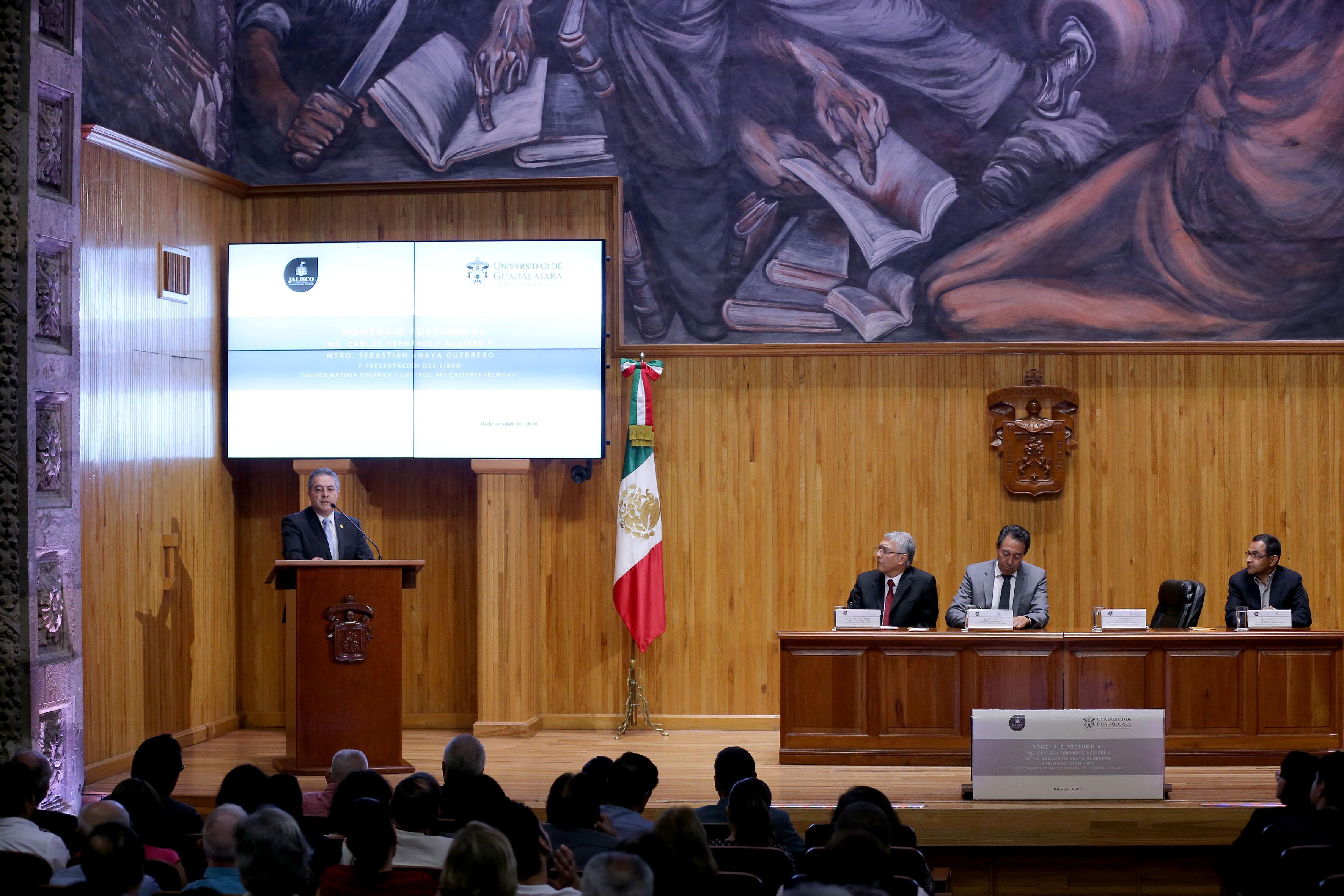 Doctor Carlos Beas Zárate, Rector del CUCBA, participando en el homenaje póstumo
