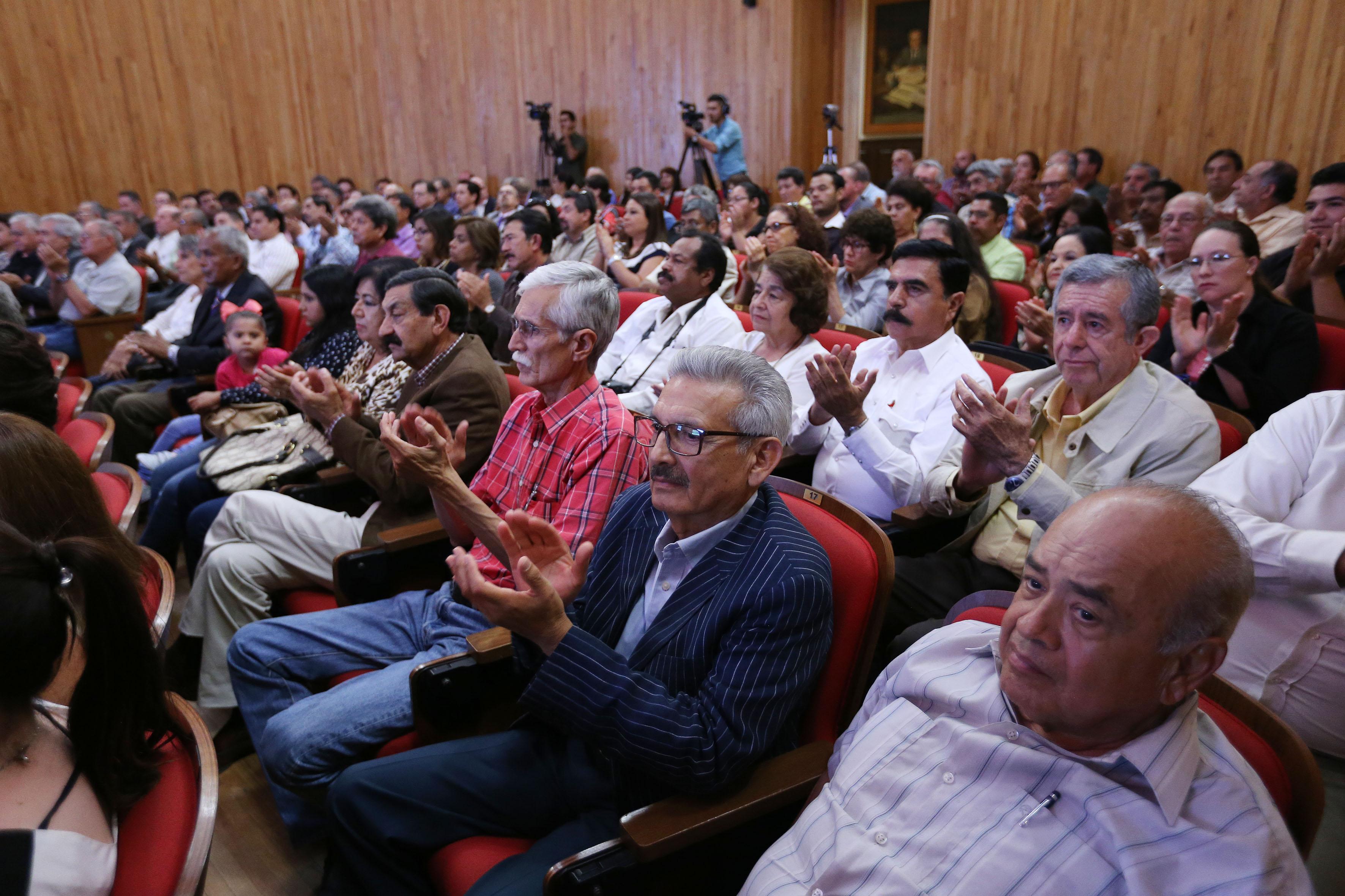 Público asistente al homenaje póstumo y presentación de los libros, en el paraninfo Enrique Díaz de León