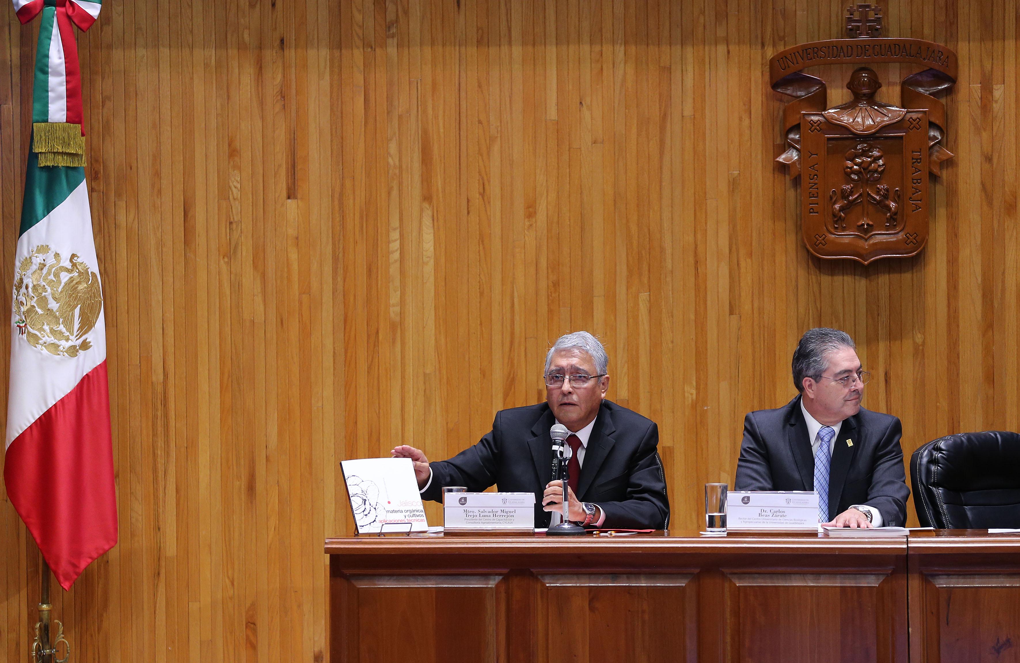 Maestro Salvador Trejo Luna Herrejón, presidente del Centro de Capacitación y Consultoría Agroalimentaria, frente al micrófono