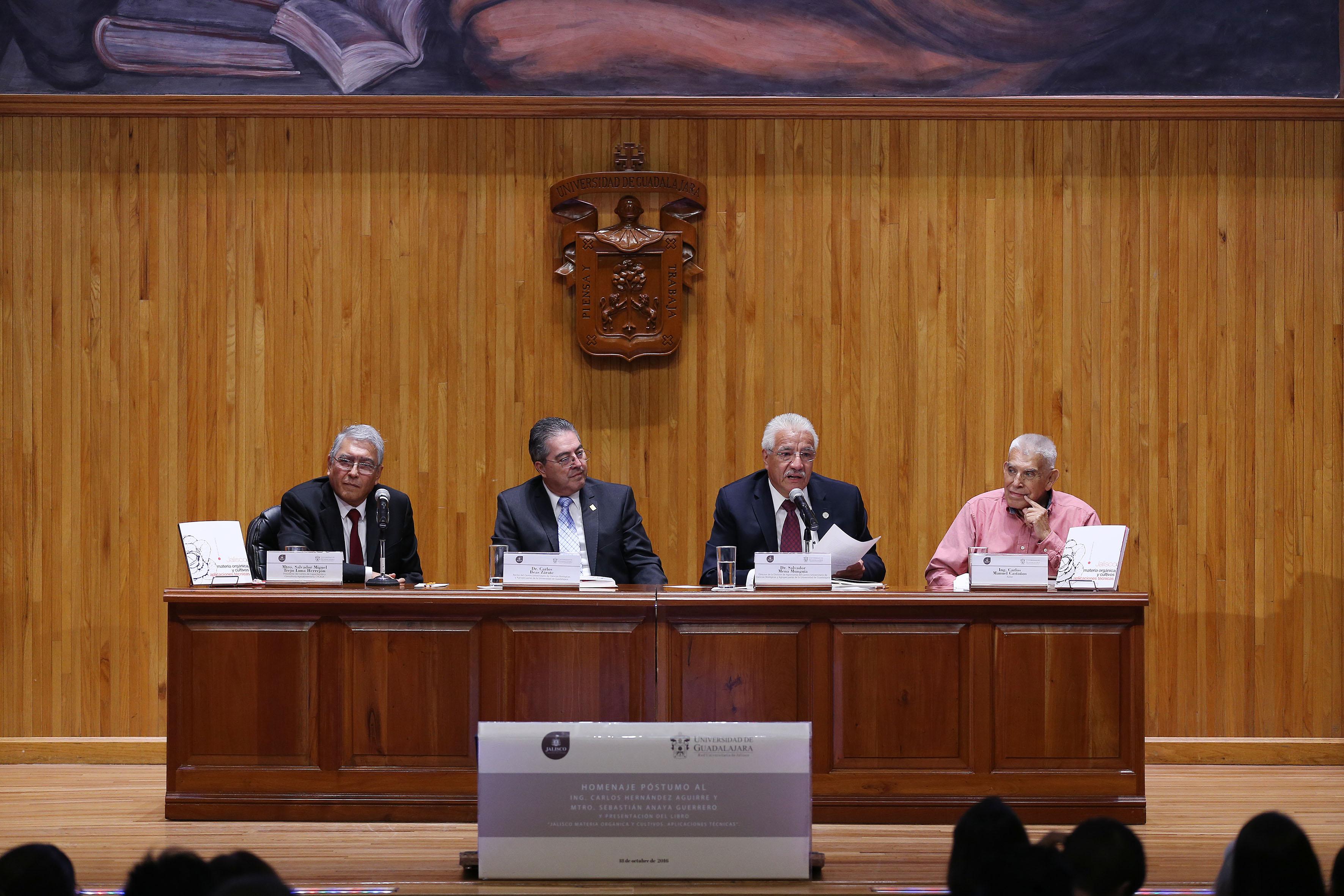 Doctor Salvador Mena Munguía, Director de la División de Ciencias Agronómicas del CUCBA, frente al micrófono