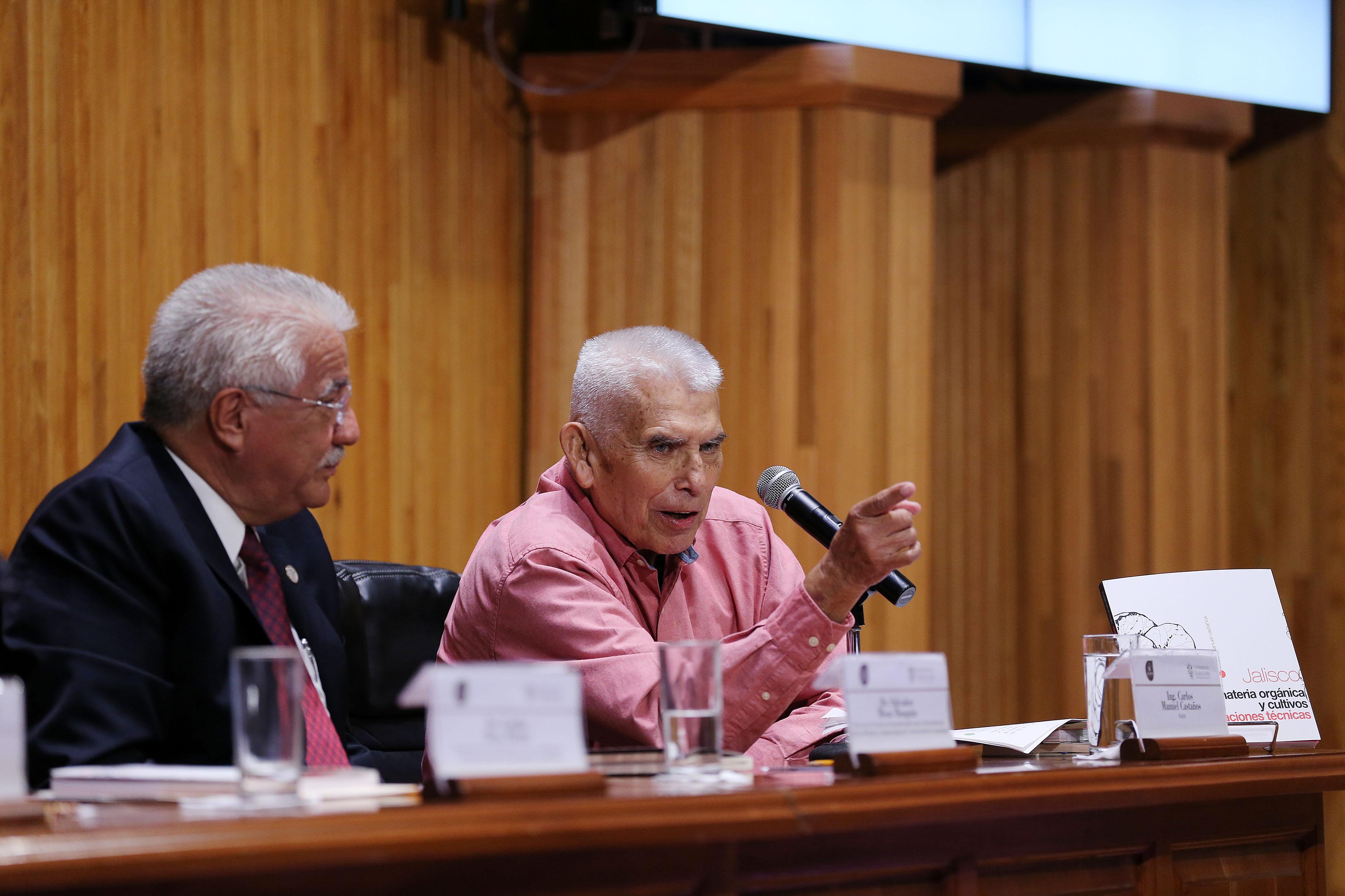 Ingeniero Carlos Manuel Castaños, participando en la presentación de su libro