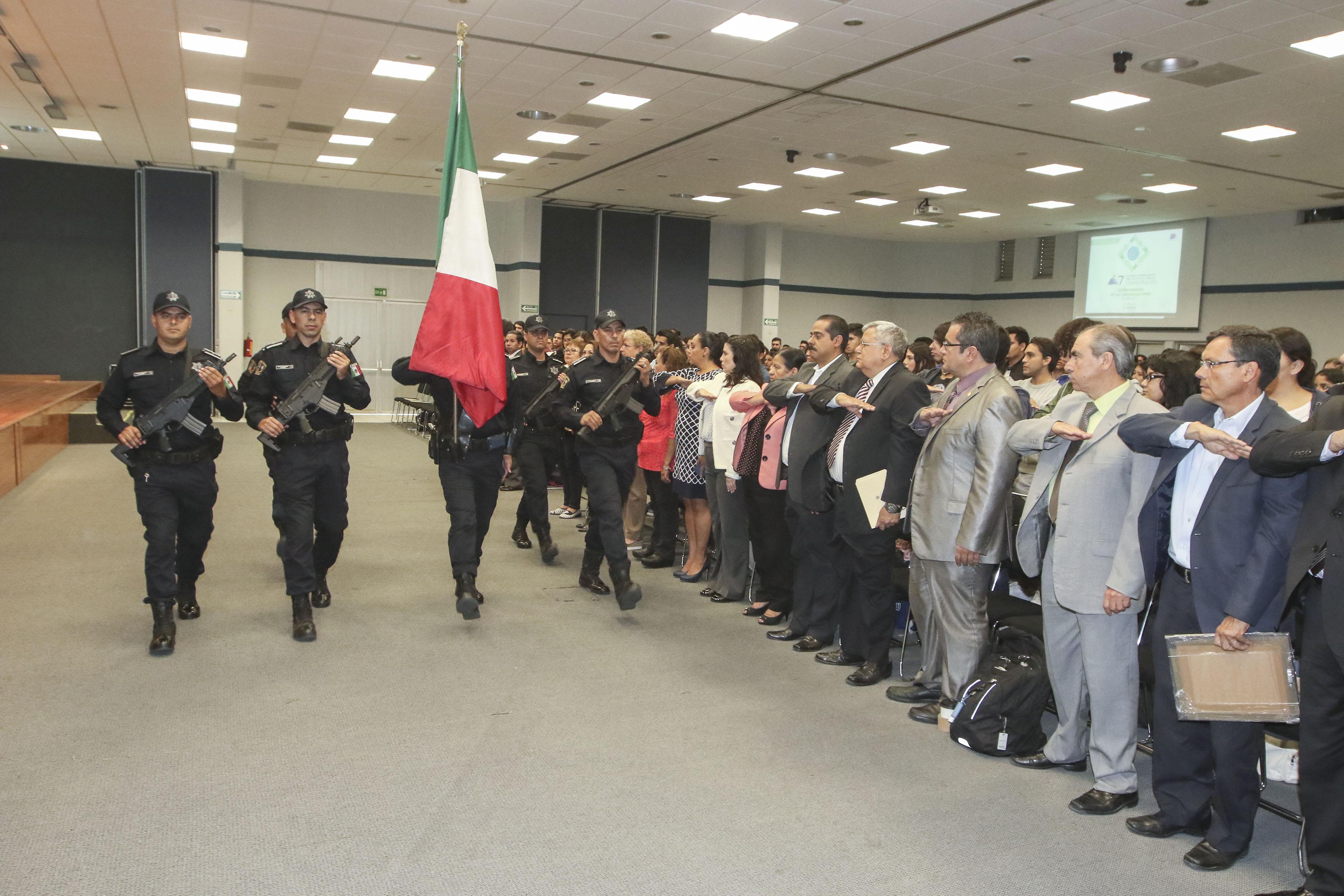 Asistentes a la inauguración del congreso, participando en la ceremonia de Honores a la Bandera