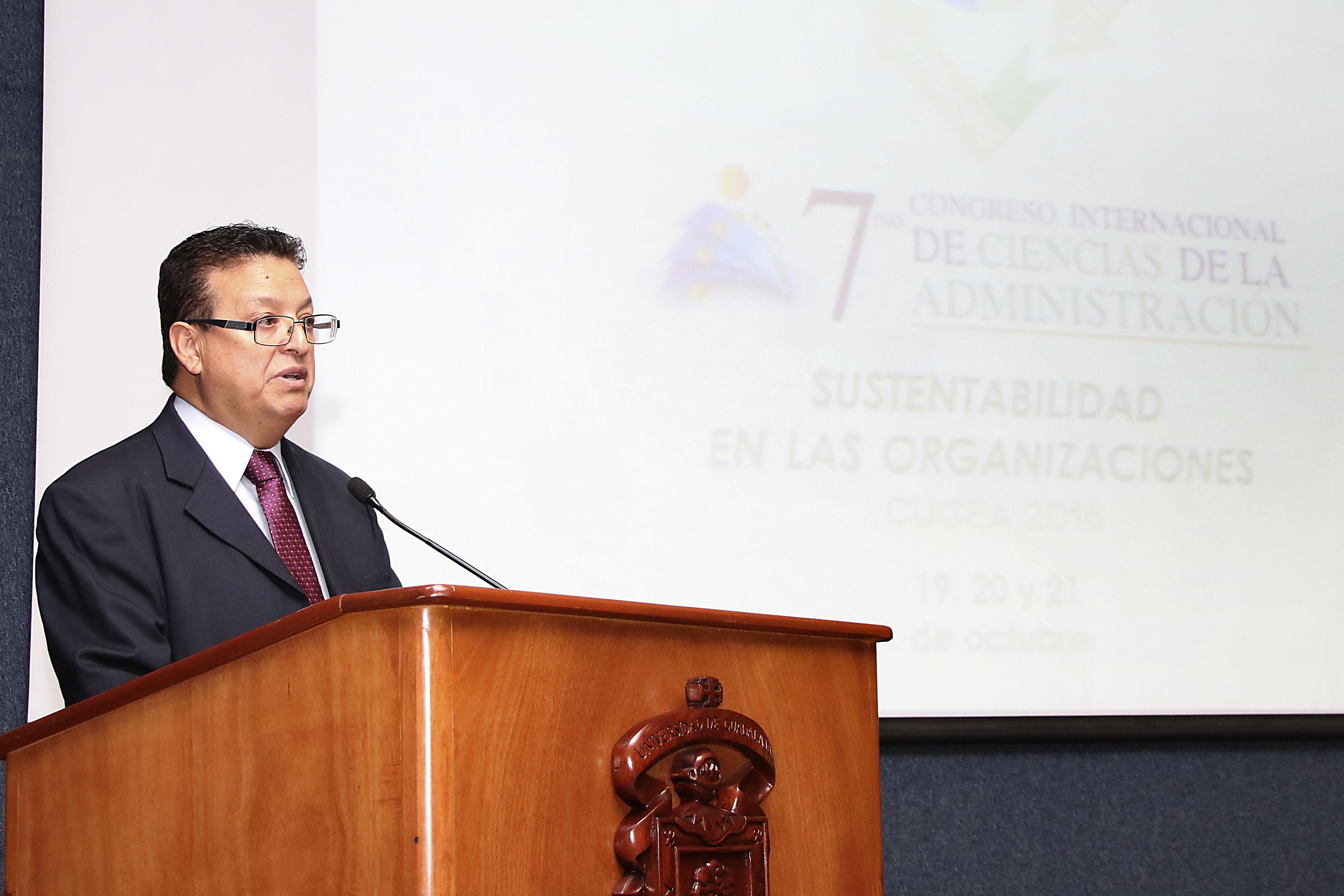 Doctor Andrés Valdez Zepeda, jefe del Departamento de Administración del CUCEA, frente al micrófono