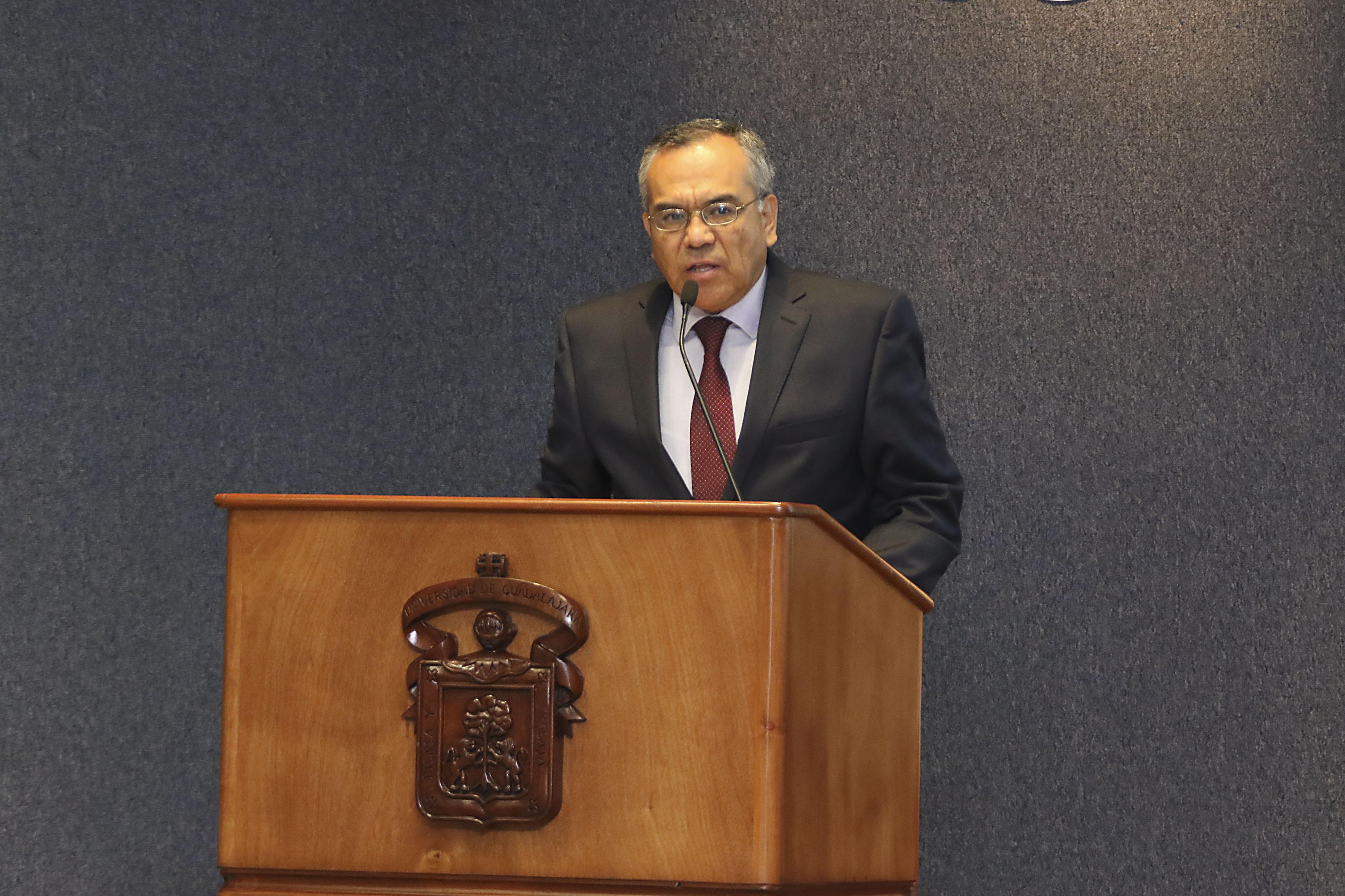 Doctor Adrián de León Arias, Director de la División en Gestión Empresarial, haciendo uso de la palabra