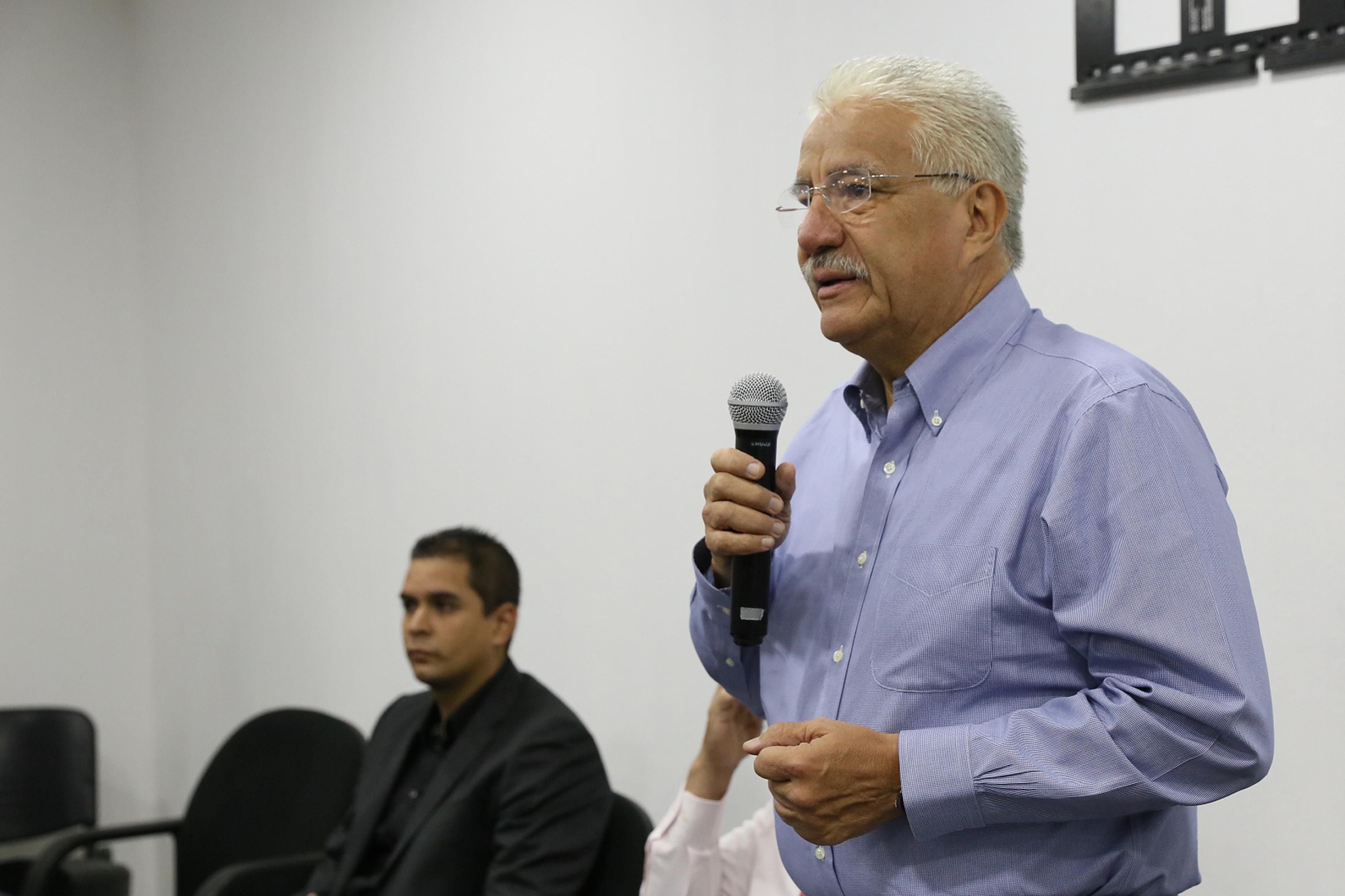 Doctor Salvador Mena Munguía, director de la División de Ciencias Agronómicas del Centro Universitario de Ciencias Biológicas y Agropecuarias de la Universidad de Guadalajarac, de pie y con micrófono en mano haciendo uso de la palabra.