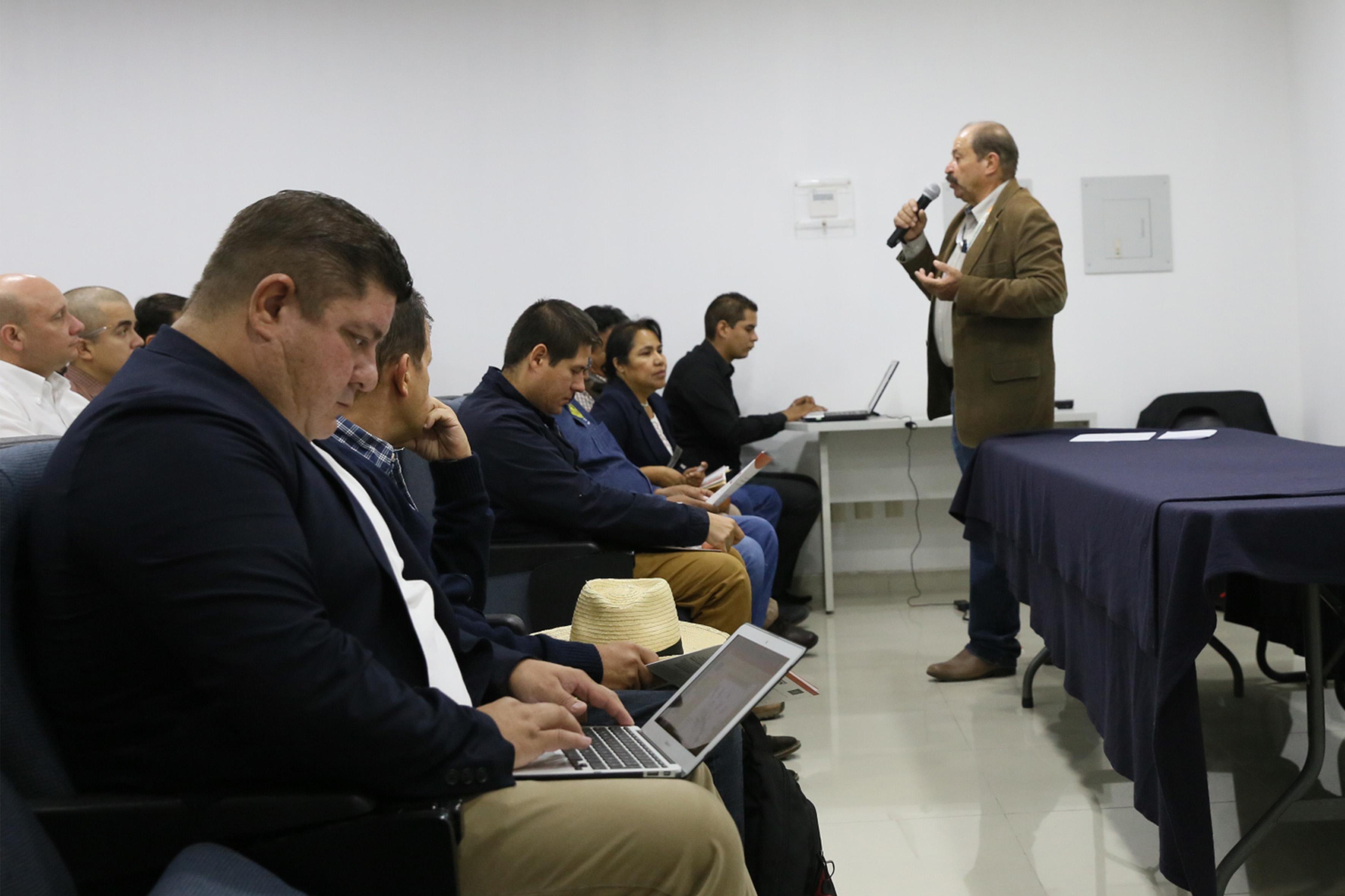 Académico del CUCBA, José Sánchez Martínez, con micrófono en mano haciendo uso de la palabra.
