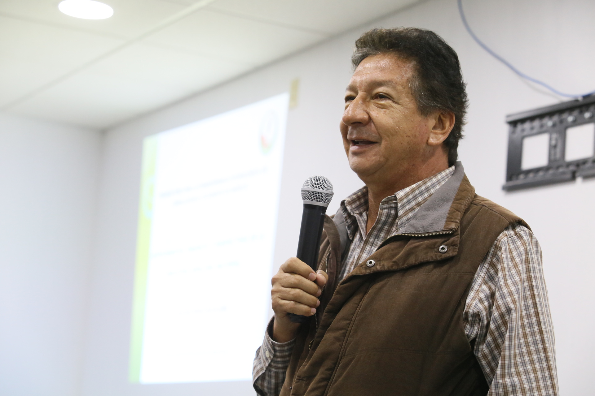 El Presidente de la Asociación de Semilleros Mexicanos Unidos, maestro Óscar Rivas Aguilera, con micrófono en mano, haciendo uso de la palabra.