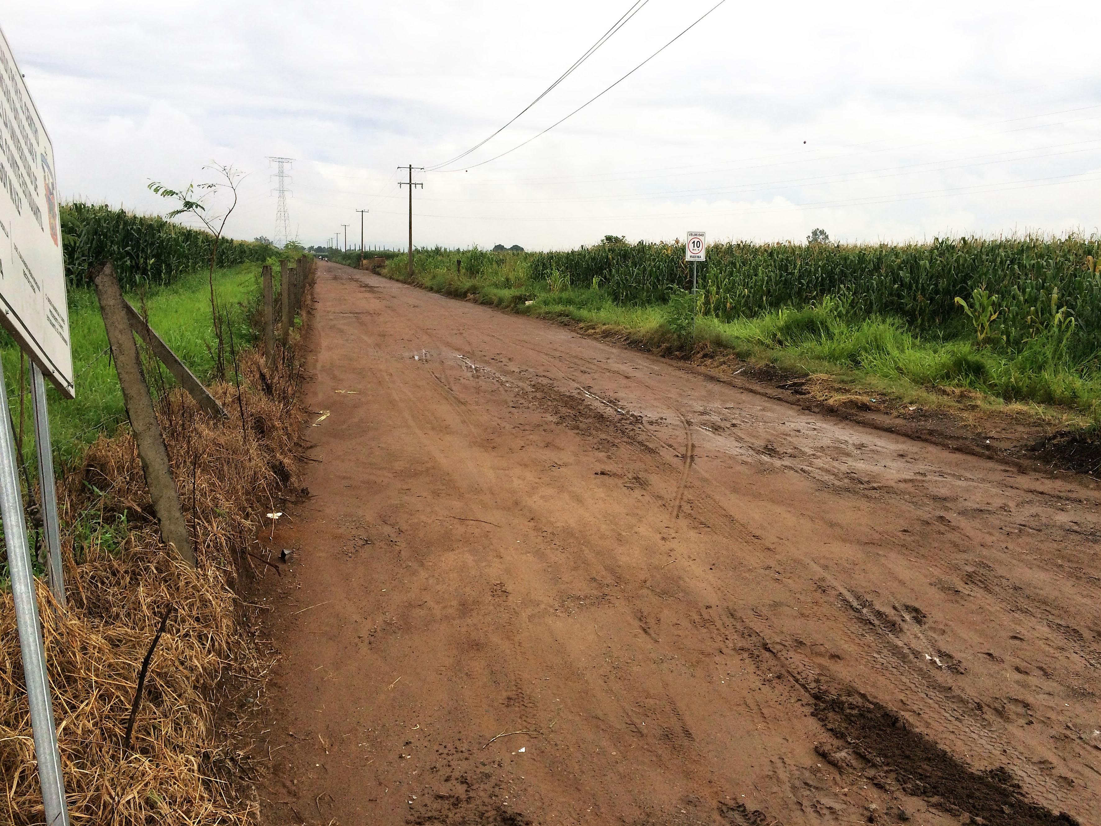 Tramo carretero aún en terracería, el cual conecta al campus con la zona de La Mojonera