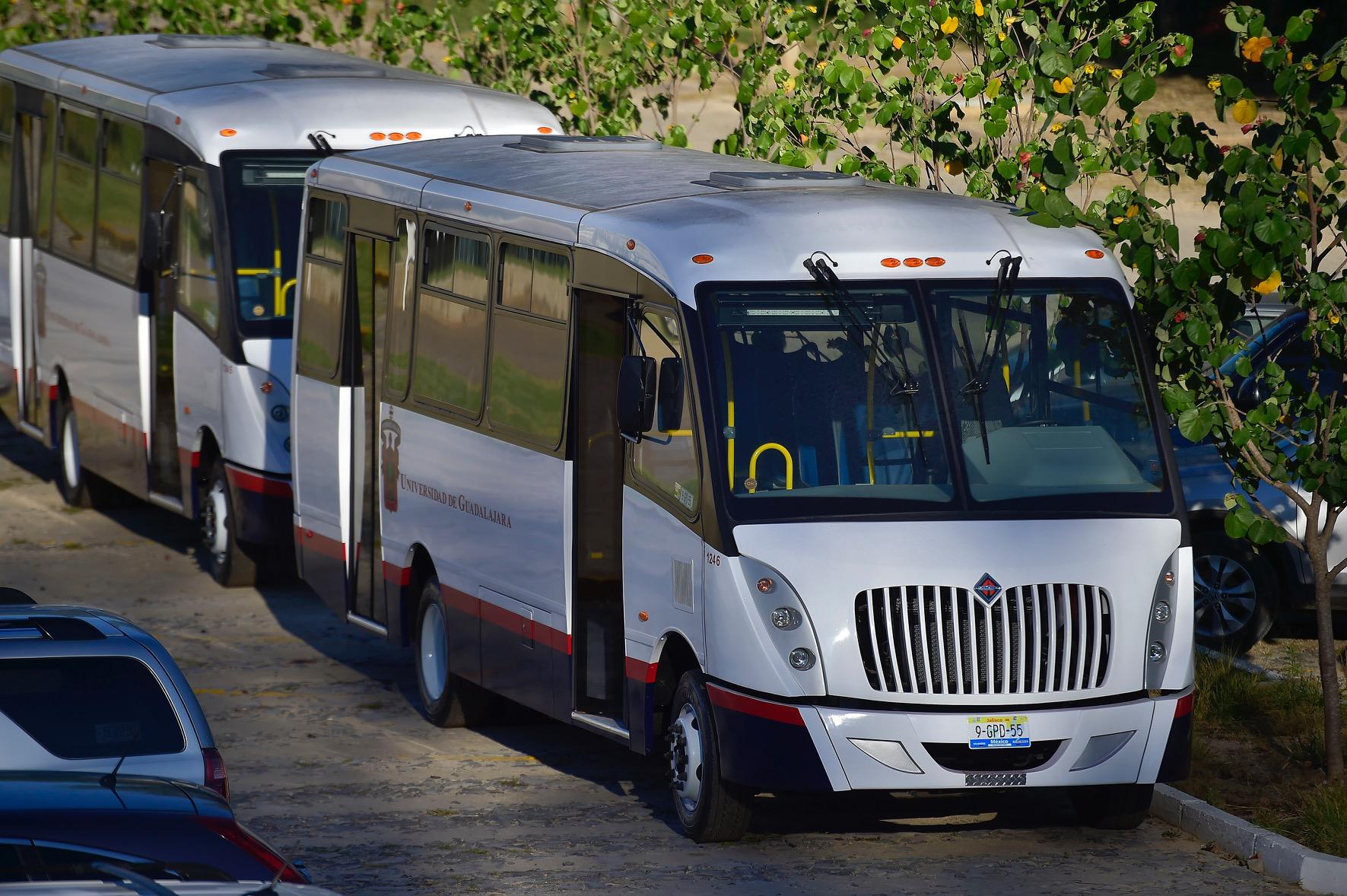 Camiones nuevos de transporte, adquiridos por el CUCBA para trasladar a personal administrativo, profesores y estudiantes