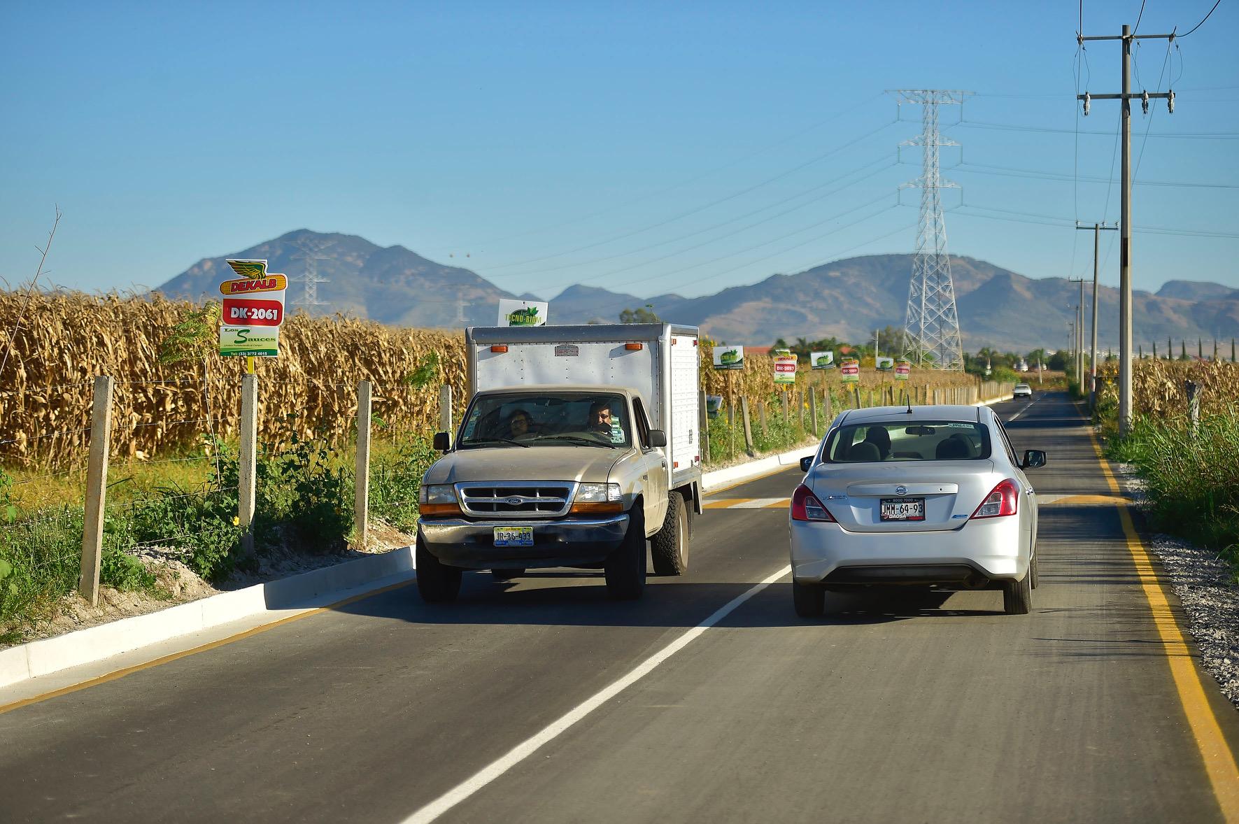 Vehículos transitando por el tramo carretero pavimentado