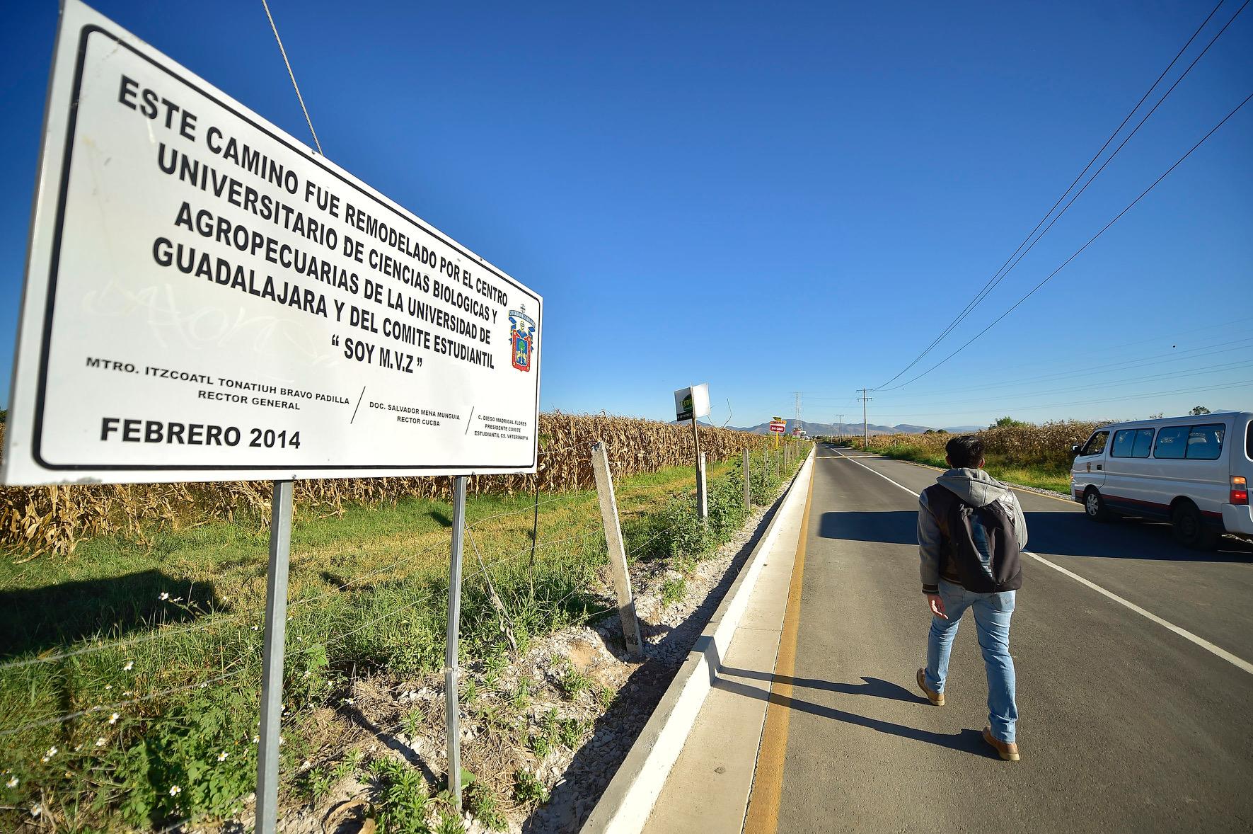 Señalamiento que informa sobre los responsables de la pavimentación del tramo carretero