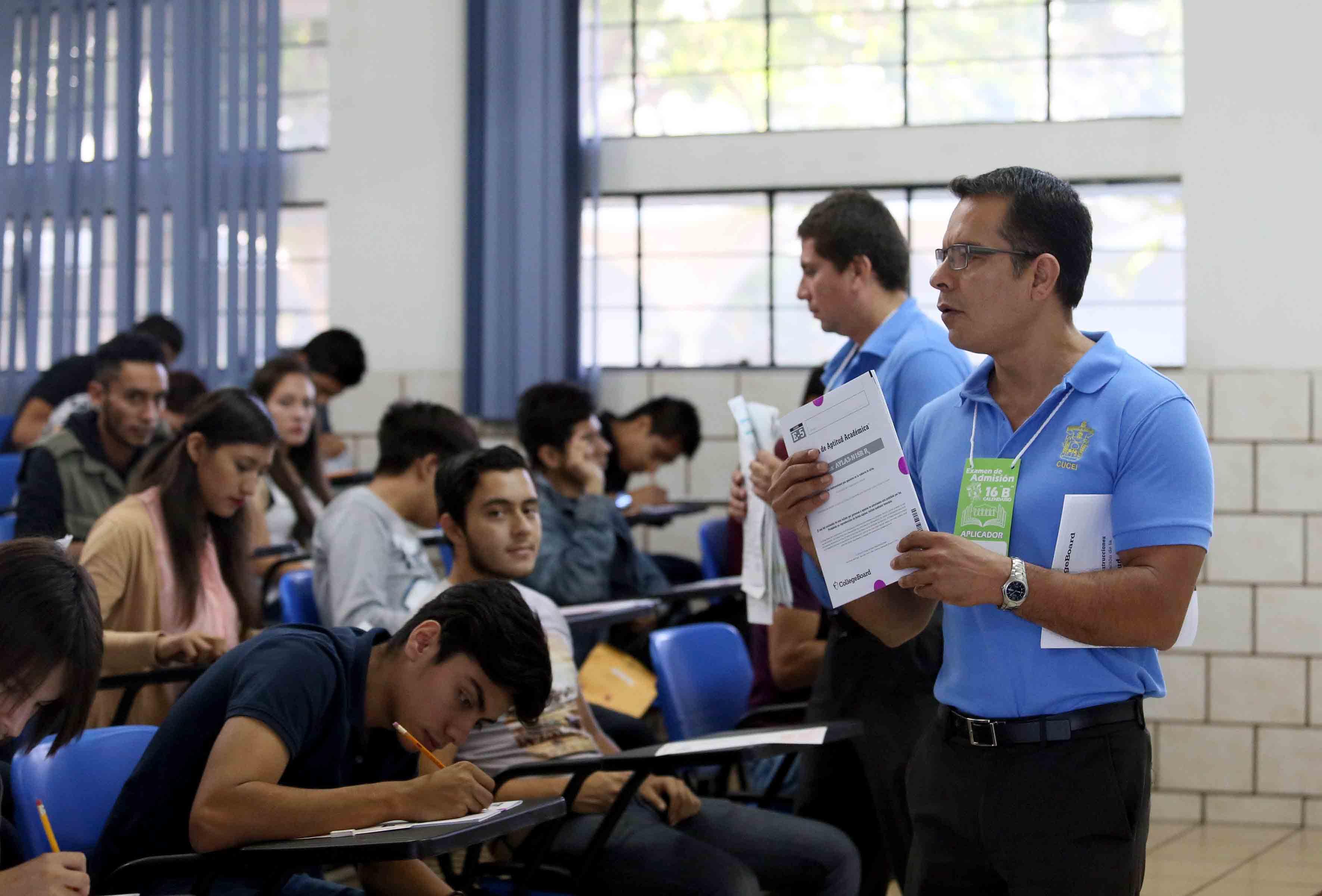 Aspirantes a licenciatura, aplicando el examen de admisión en un centro universitaria de la Red Universitaria.