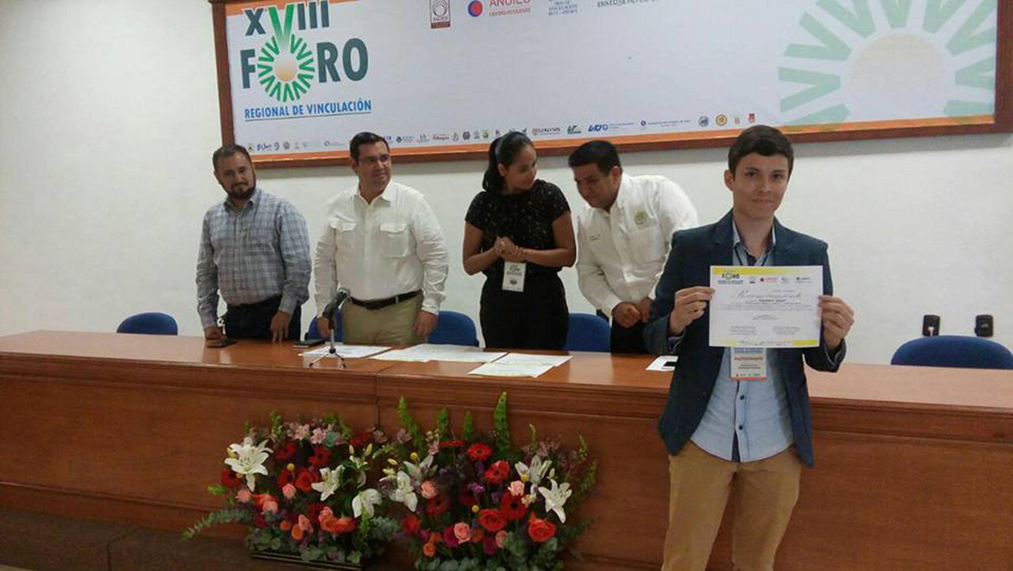 Rubén Márquez Rizo, estudiante del CUAAD, recibiendo reconocimiento por su participación en el concurso