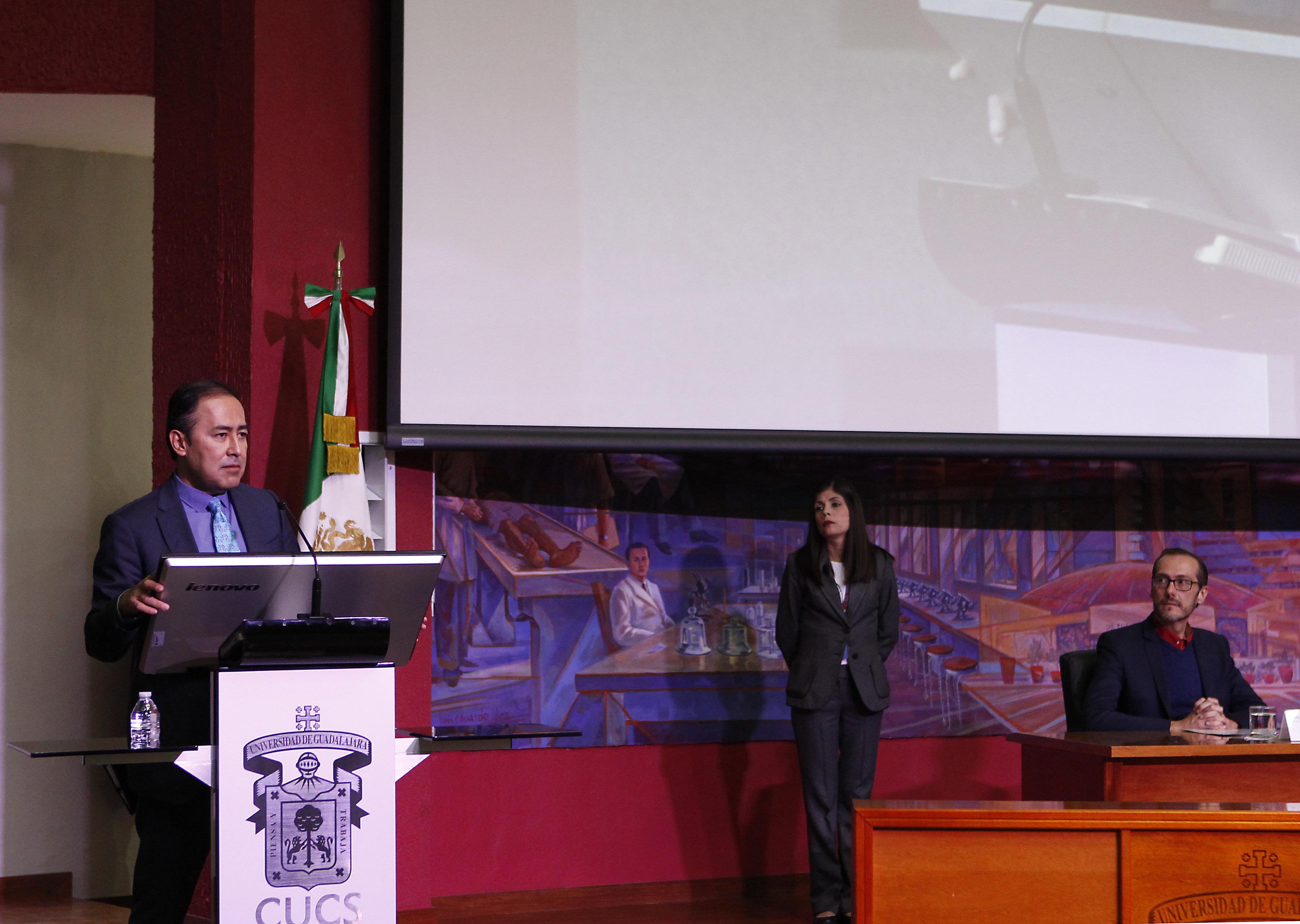 Doctor Jaime Andrade Villanueva, Rector del CUCS, haciendo uso de la palabra