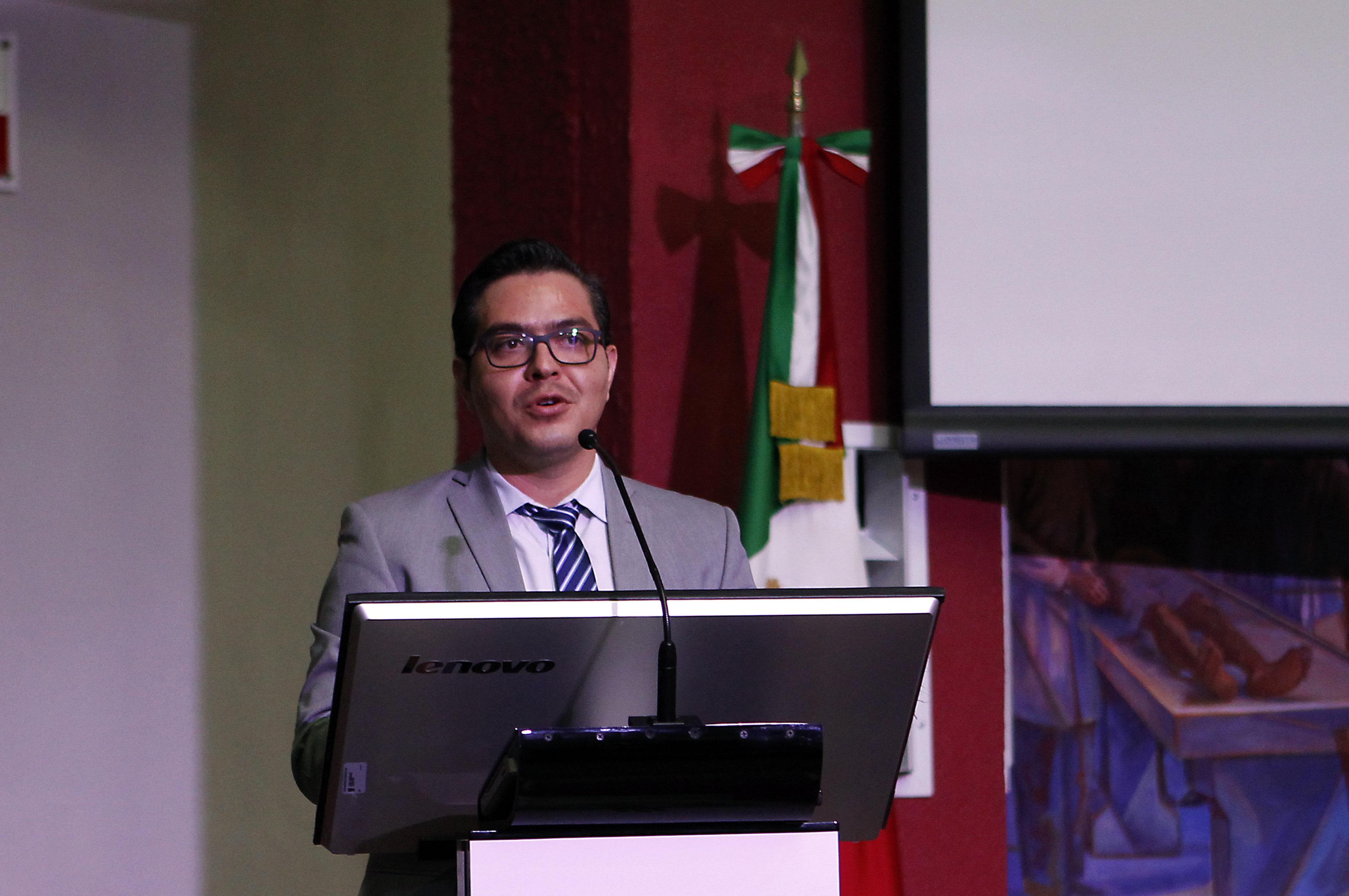 Maestro Miguel Ángel Sigala Gómez, Coordinador de Programas Internacionales de la CGCI, frente al micrófono