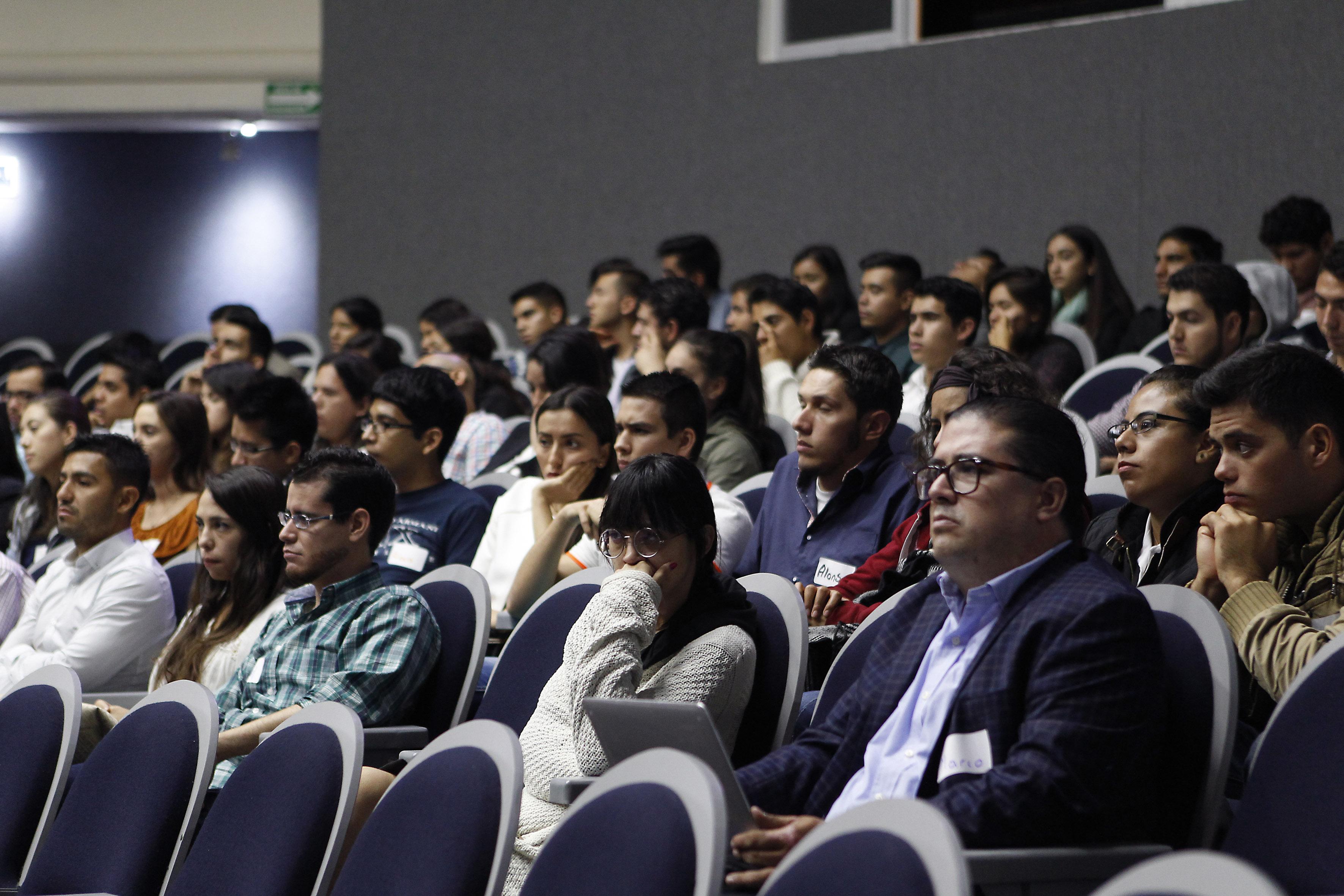 """Estudiantes asistentes al curso, en las instalaciones del auditorio """"Dr. Roberto Mendiola Orta"""" del CUCS"""