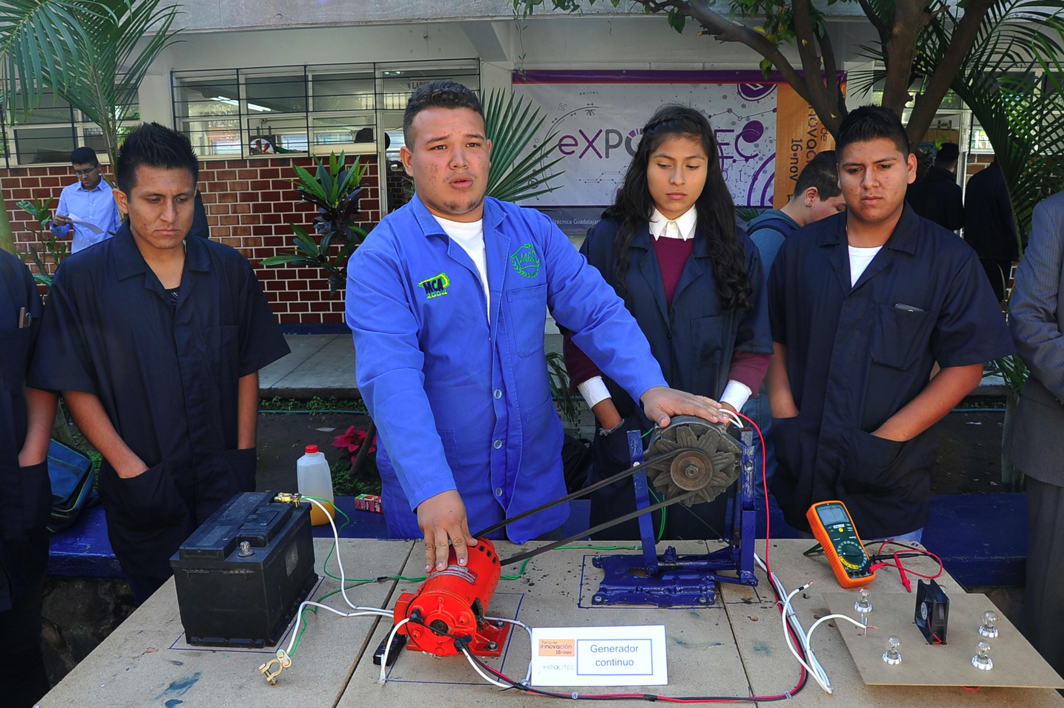 Estudiantes de la carrera de Tecnólogo Profesional en Mecánica Industrial, exhibiendo su proyecto en la Feria de Innovación Expolitec 2016.