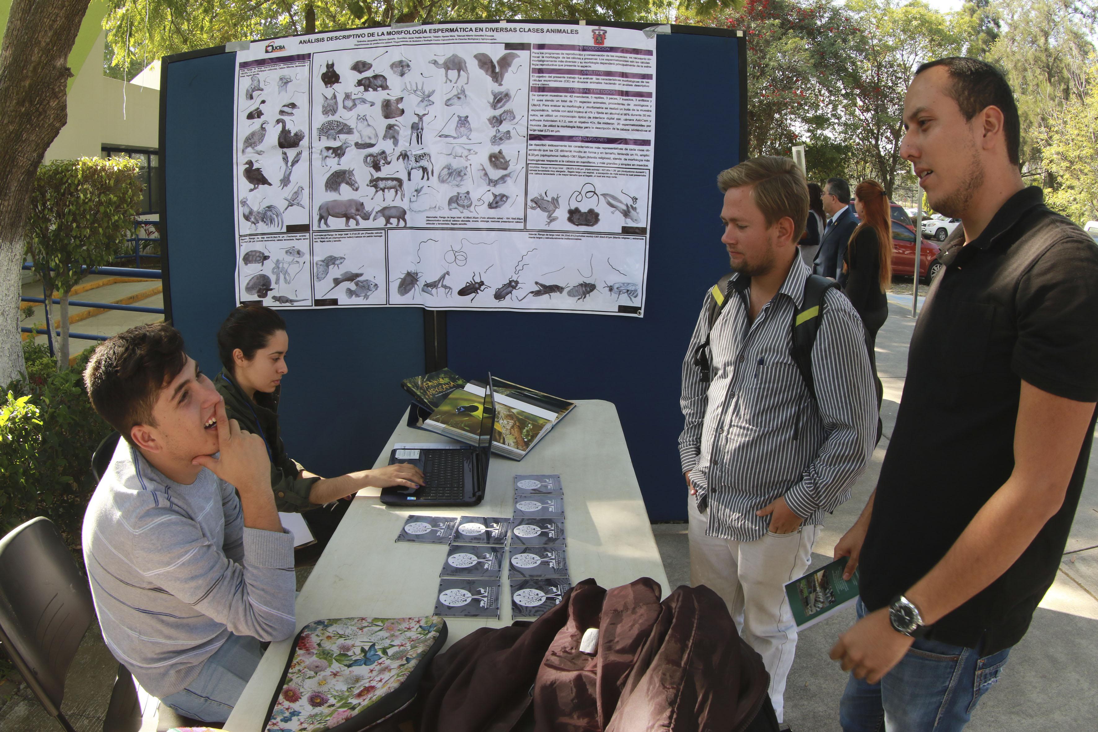 Alumnos del CUCBA exhibiendo su investigación sobre el análisis descriptivo sobre morfología espermática en diversos animales, a otros colegas.