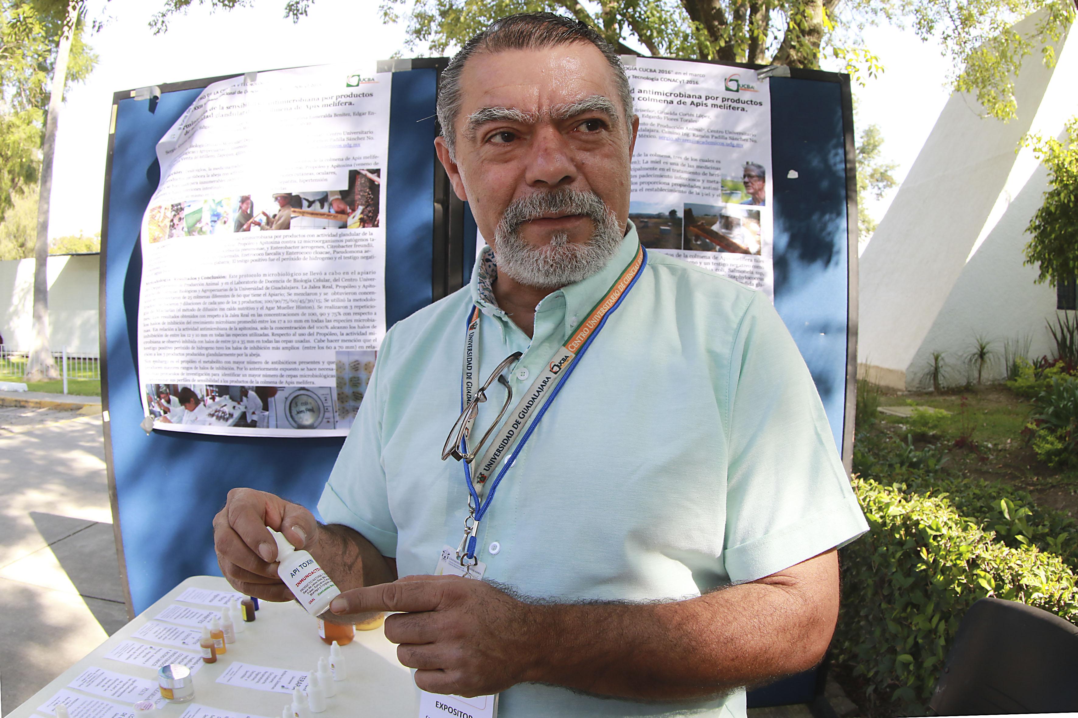 Investigador del CUCBA, exponiendo medicina antimicrobiana terapéutica a base del producto de las abejas.