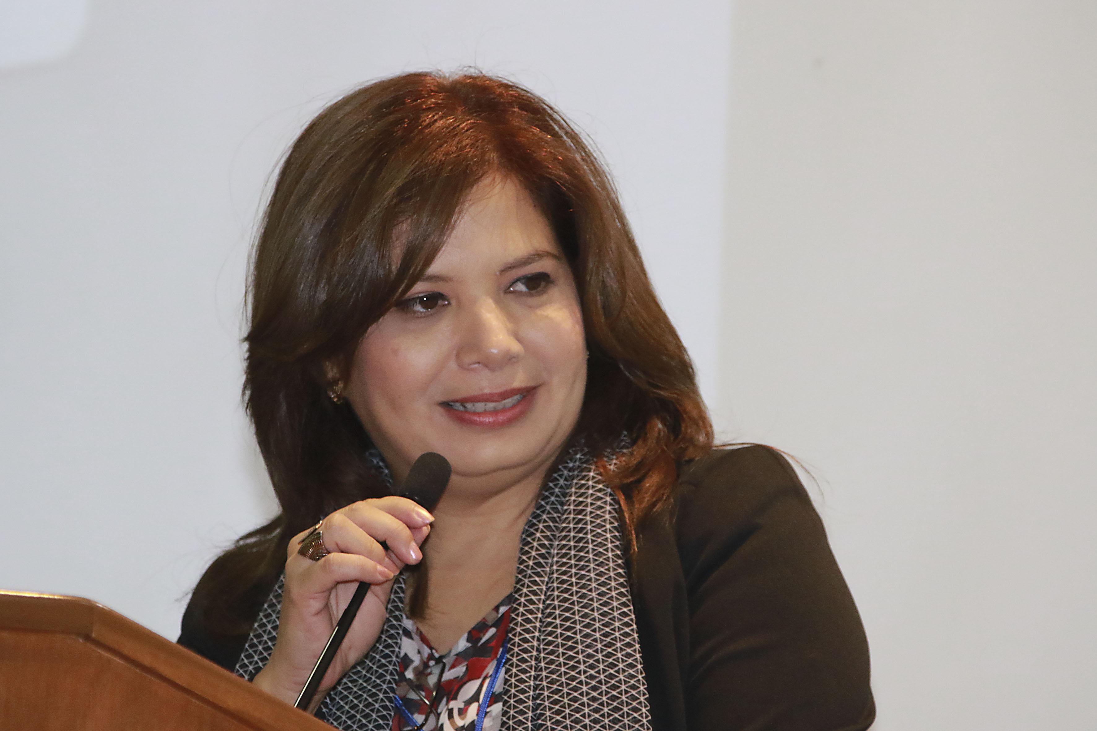 Doctora Blanca Ramírez Hernández, coordinadora de investigación del CUCBA, con micrófono en podium haciendo uso de la palabra.