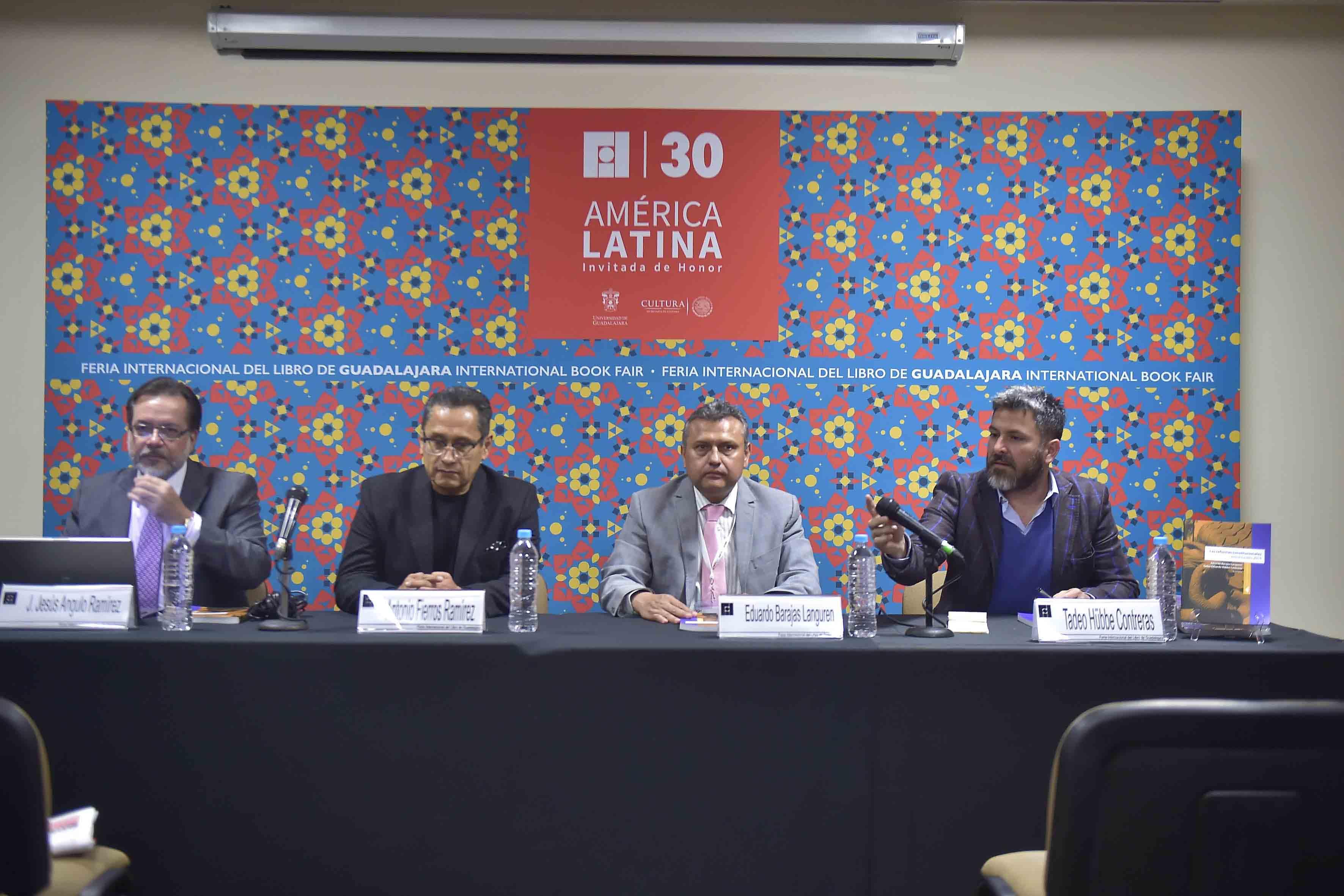 """Paneslistas participantes en la presentan libro """"Reformas constitucionales estructurales 2014"""", compilación de textos elaborados por profesores del CUCiénega."""