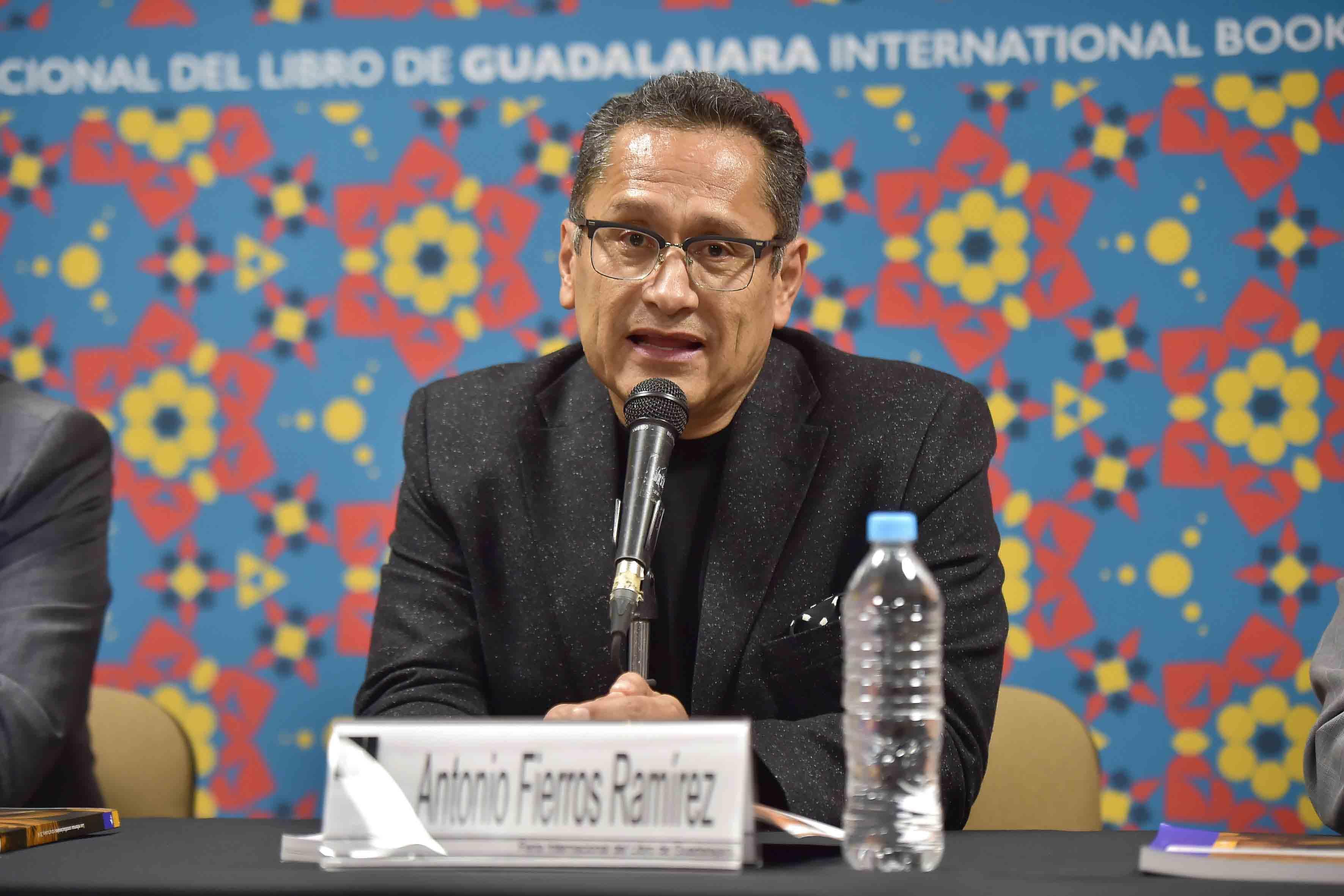 Maestro Antonio Fierros Ramírez,  juez magistrado del Supremo Tribunal de Jalisco, con micrófono en mesa de panel haciendo uso de la palabra.
