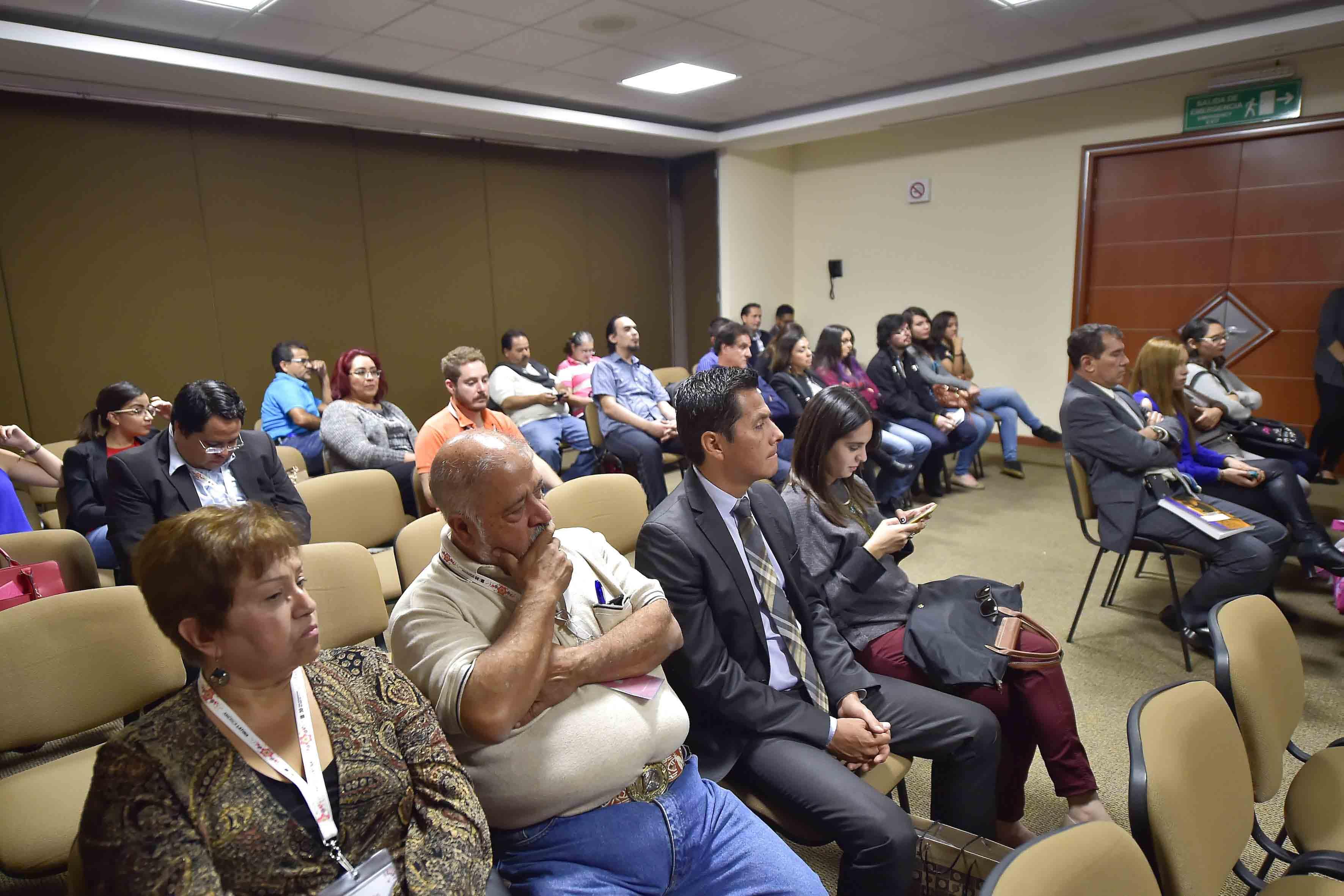 Vista panorámica del público asistente a la presentación del libro, durante la FIL.
