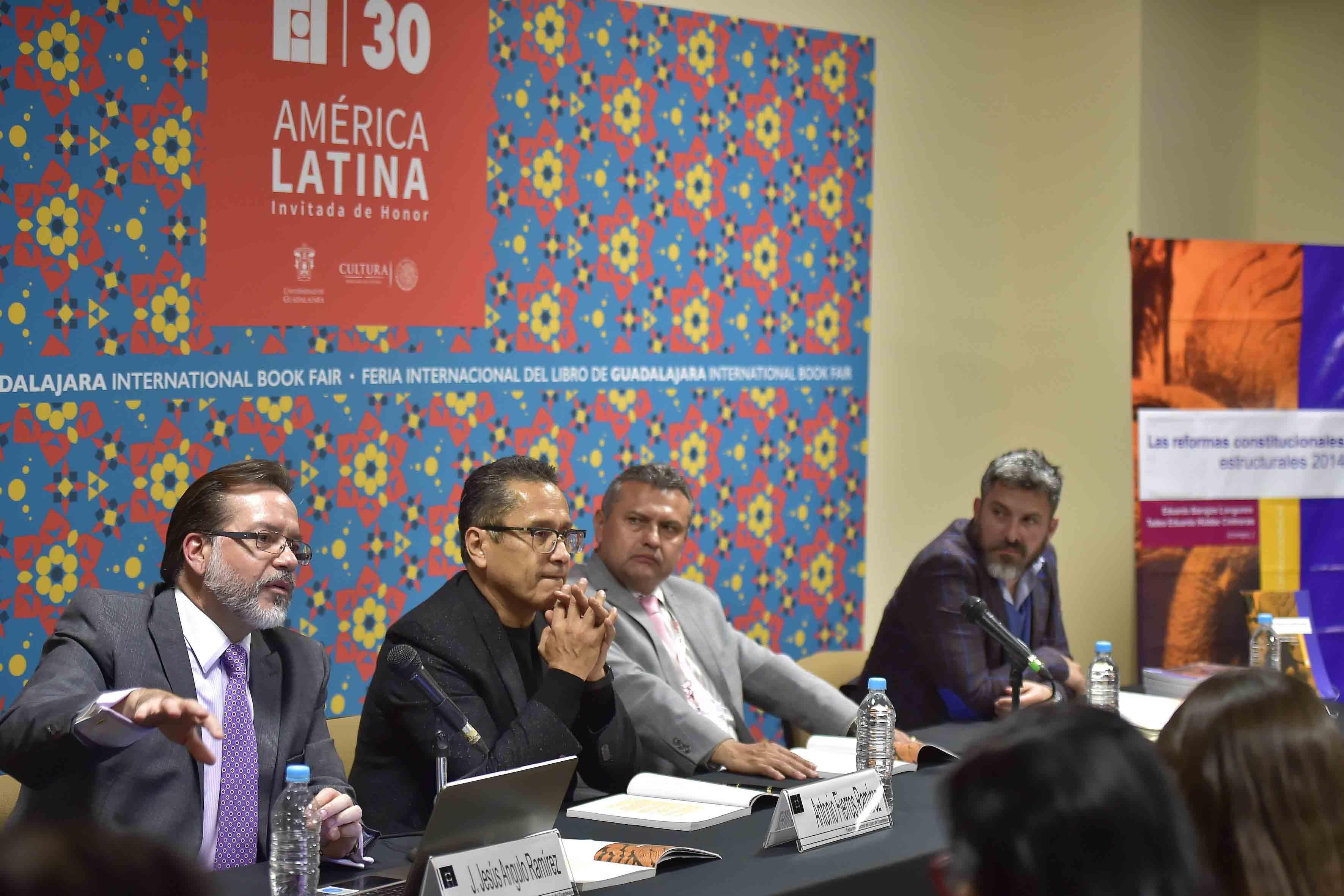 Doctor José de Jesús Ángulo,  juez magistrado del Supremo Tribunal Electoral del Estado de Jalisco, con micrófono en mesa de panel haciendo uso de la palabra.